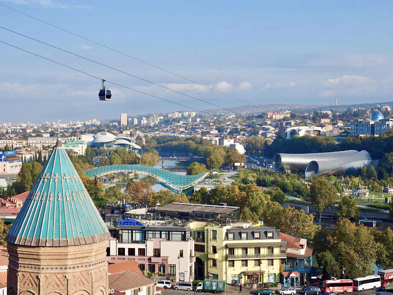 Prestigeprojekte. Ohne Rücksicht auf die Umgebung setzte Ex-Präsident Mikheil Saakashvili mithilfe westlicher Architekten auffällige Zeichen in der Altstadt von Tiflis. Unter seinem neuen, von einer Kuppel gekrönten Präsidentenpalast verweisen die zwei markanten Röhren eines Kulturzentrums auf die geschwungene Friedensbrücke, hinter der die pilzartigen Dächer die Public Service Hall beschirmen.