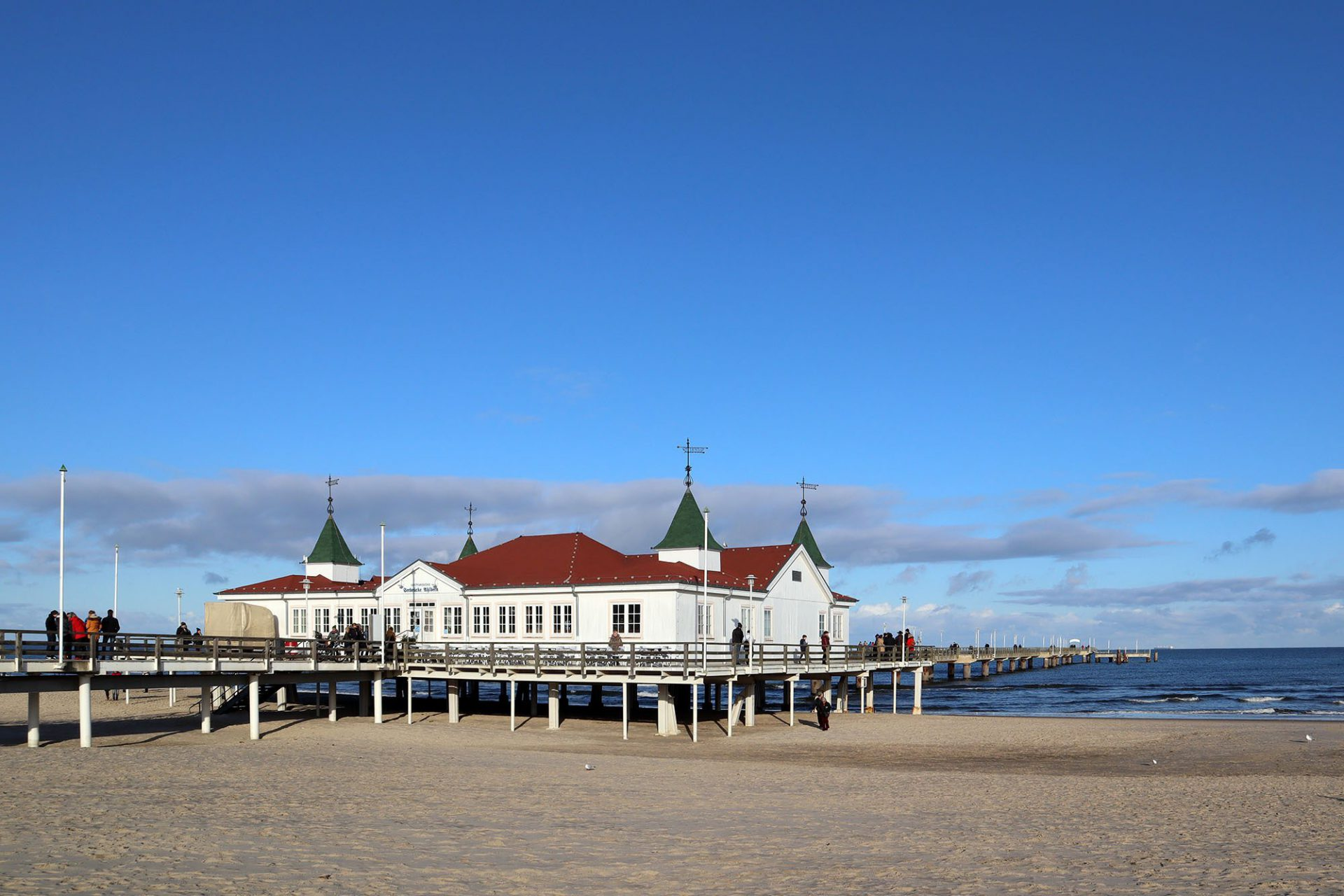 Ahlbeck. Die älteste Brücke der Insel steht einige Kilometer südöstlich. Sie entstand 1882 zunächst als über dem Meer schwebendes Ausflugslokal. 1898 kam ein Seesteg mit Schiffsanleger hinzu.