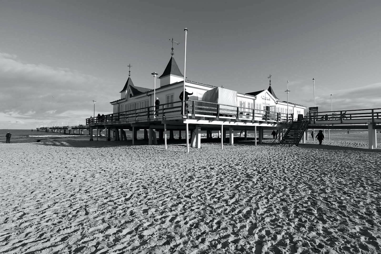"""Ahlbeck. Hier ist der Strand am breitesten. Das Seebad Ahlbeck zog von Beginn an neben den Wohlhabenden auch weniger betuchte Gäste an. 1907 hatte """"die Badewanne von Berlin"""" bereits mehr als 16.000 Besucher."""
