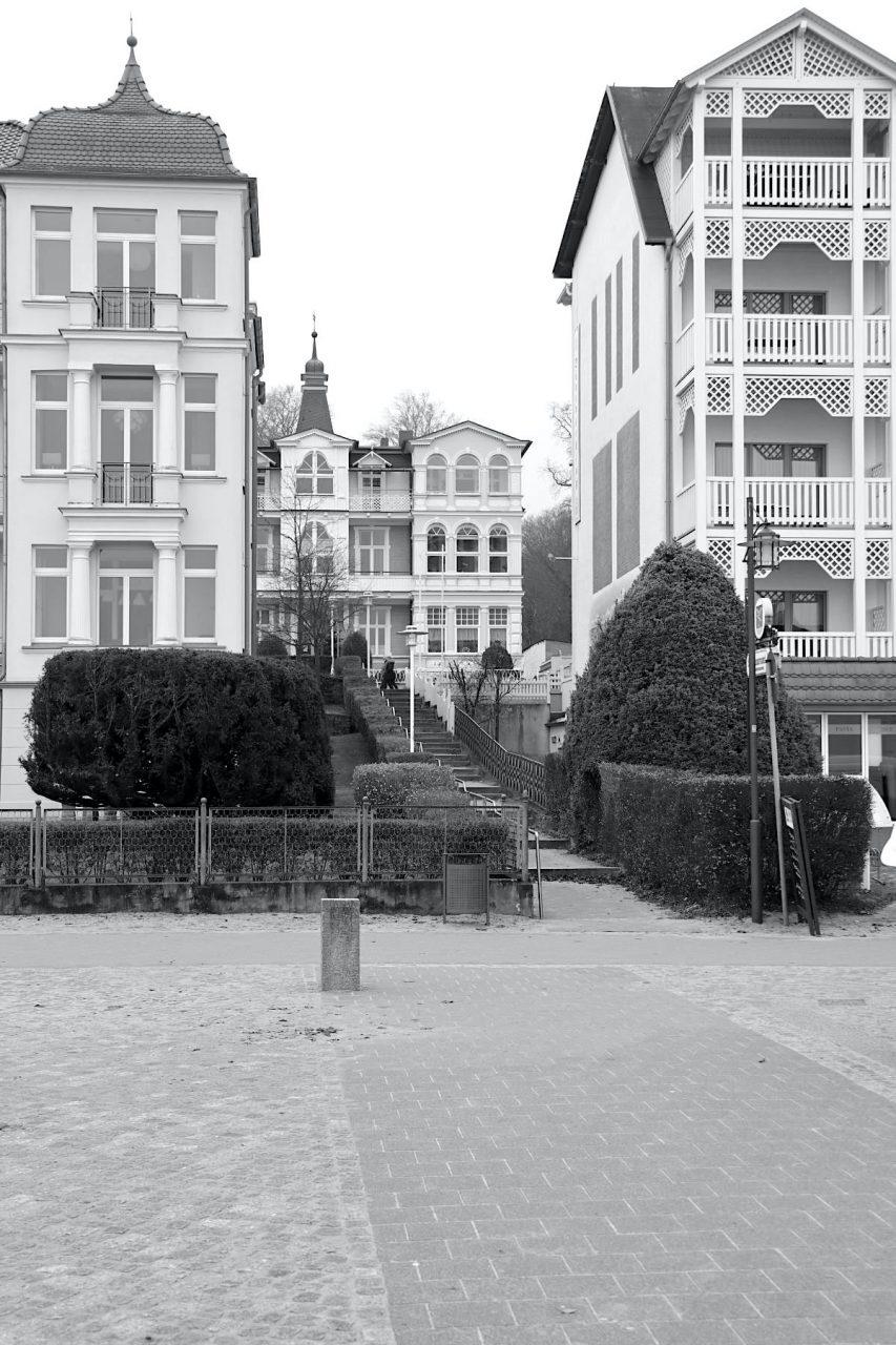 """Bansin. Entlang der Küste wurden die Häuser in zwei Reihen """"auf Lücke"""" gebaut. So konnten die Gäste auch in der zweiten Reihe aufs Meer blicken. Treppenanlagen verbinden die Promenade mit der höher gelegenen Bergstraße."""