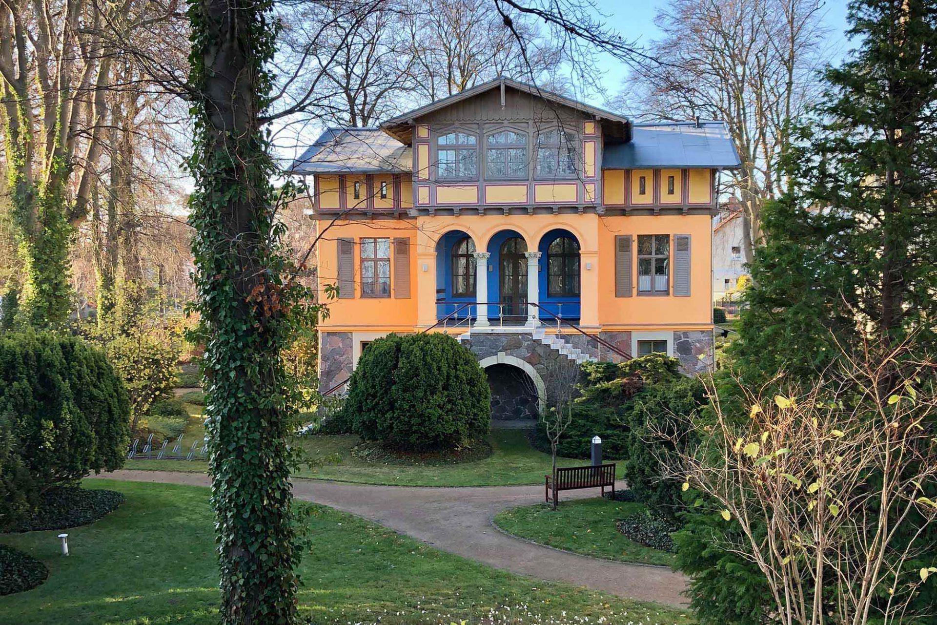Heringsdorf. Während die Zentren der Seebäder dicht bebaut sind, finden sich an ihren Rändern immer wieder märchenhafte Villen in weitläufigen Parkanlagen.