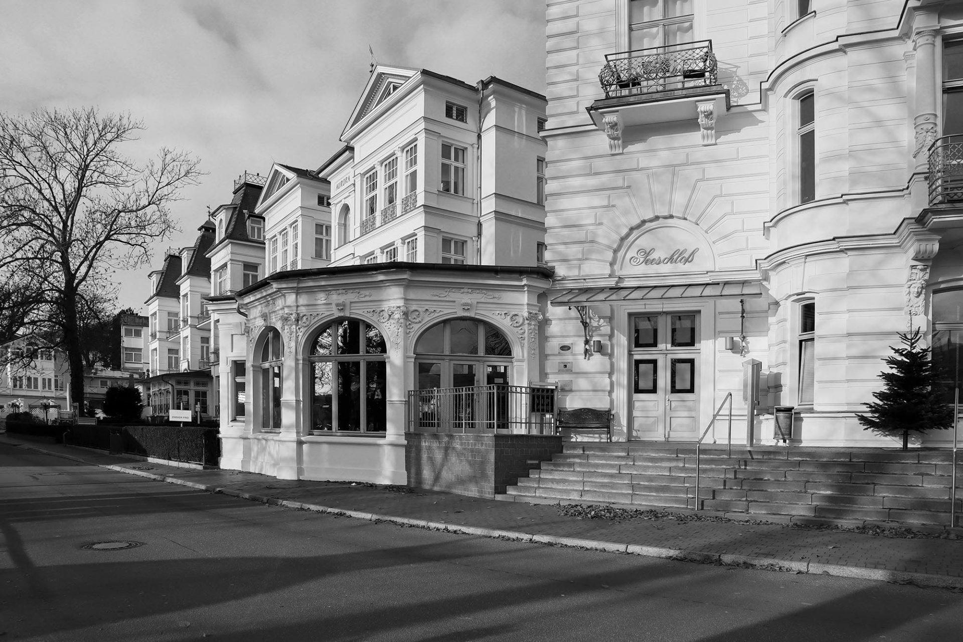 Heringsdorf. Den Platz des Friedens dominiert eine hohe Düne, bewachsen von großgewachsenen Buchen. Entlang der Seestraße stehen mit dem Grand Hotel Seeschloss, dem Pommerschen Hof und dem Esplanade die typischen Heringsdorfer Hotels aus der Gründungszeit.