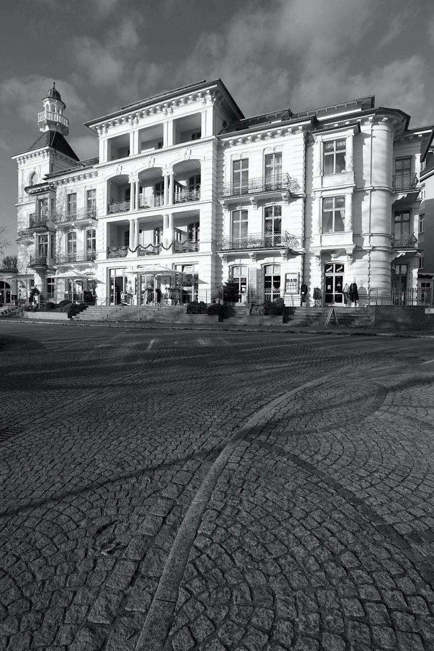 Heringsdorf. Das Seeschloss ist bis heute das vornehmste Haus am Platz. Schon damals hatte es nicht zuletzt wegen seiner exklusiven Ausstattung, seines Personenaufzugs und der Etagenbäder, sowie seines ausgezeichneten Restaurants, einen besonders guten Ruf im ganzen Land.