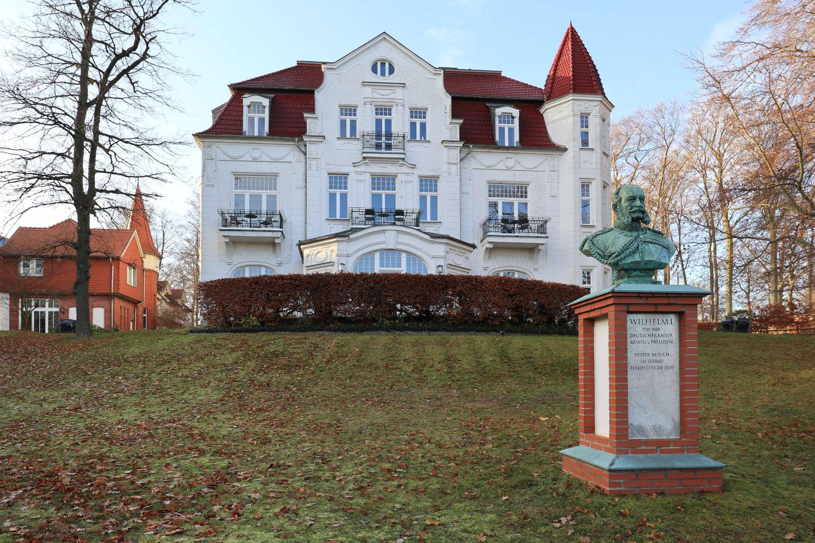 """Heringsdorf. Die Villa Staudt steht sinnbildlich für das Berliner Großbürgertum auf Usedom und könnte so auch in Charlottenburg oder im Berliner Grunewald stehen. Der Kaufmann Wilhelm Staudt erwarb das Anwesen um 1900, ließ es nach seinem Geschmack umbauen und nannte es passend """"Miramar"""", übersetzt der Meeresblick."""