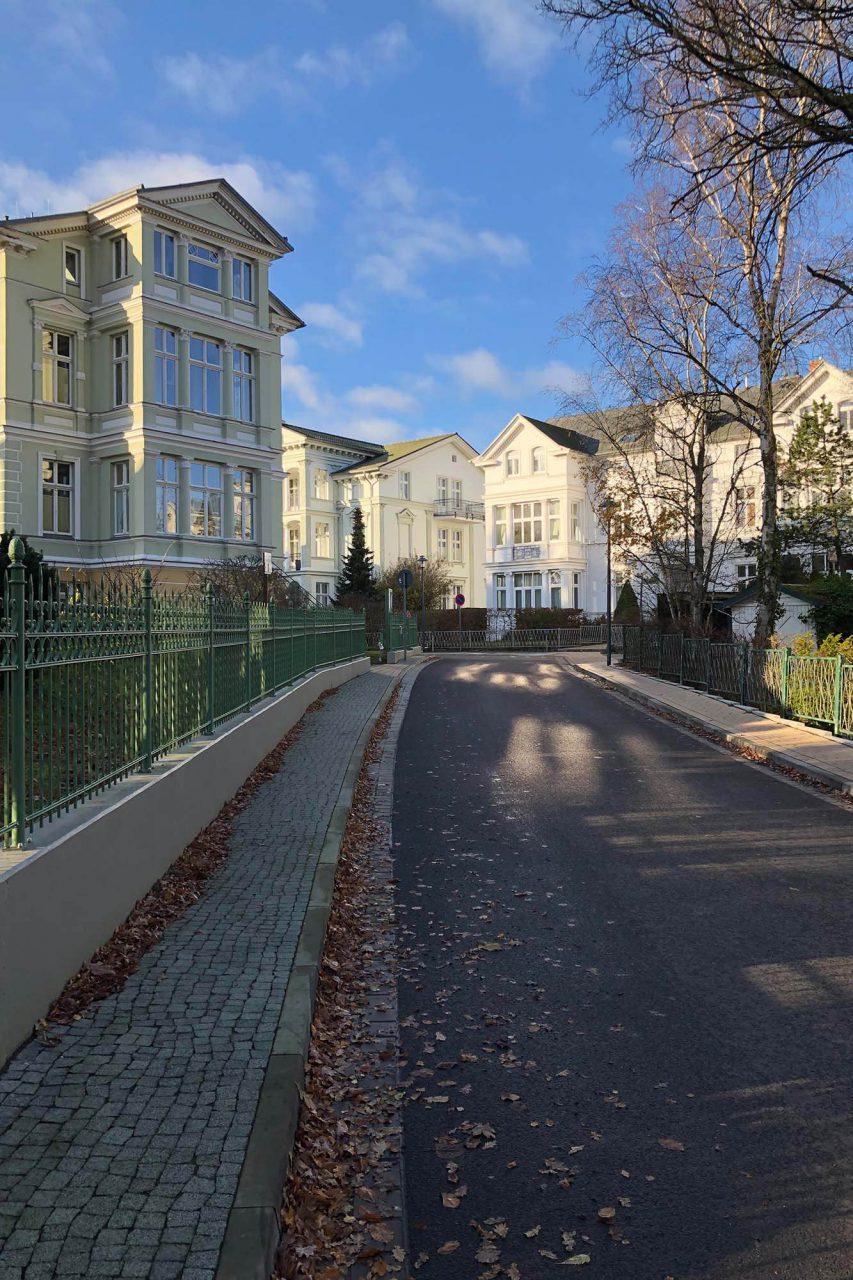 Heringsdorf. Die schöne Puschkinstraße liegt im südlichen Teil des Ostseebades.