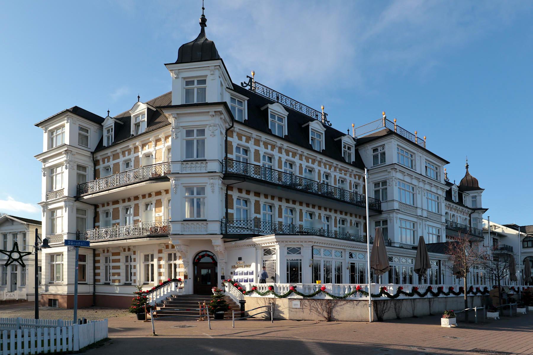 Ahlbeck. Der Ahlbecker Hof war seit 1890 das erste und mondänste Haus des Ostseebades. Das Ensemble besteht heute aus dem Haupthaus an der Dünenstraße, zwei Villen ...