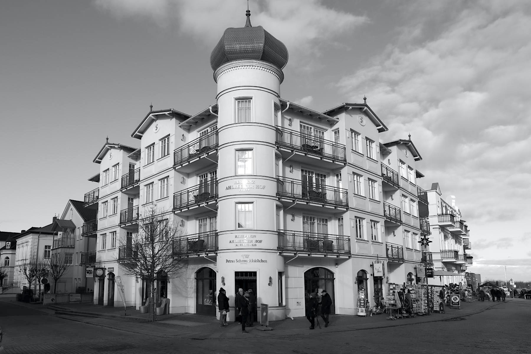 Ahlbeck. ... und einer Suiten-Residenz an der Seestraße. Hier stand bis 2007 die historische Villa Seeblick mit ihrer imposanten Zwiebelkuppel, deren Form im Neubau wieder aufgenommen wurde.