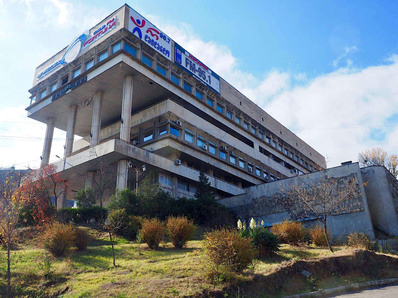 Nüchterne Nutzung. In unmittelbarer Nachbarschaft der Bank of Georgia stemmt sich seit 1973 das einstige Verwaltungszentrum für die Energie Transkaukasiens in den Hang. Der kaum heraus geputzte Zweckbau dient inzwischen als Quartier für Radiosender und Computerfirmen. Über seine Architekten ist wenig bekannt.