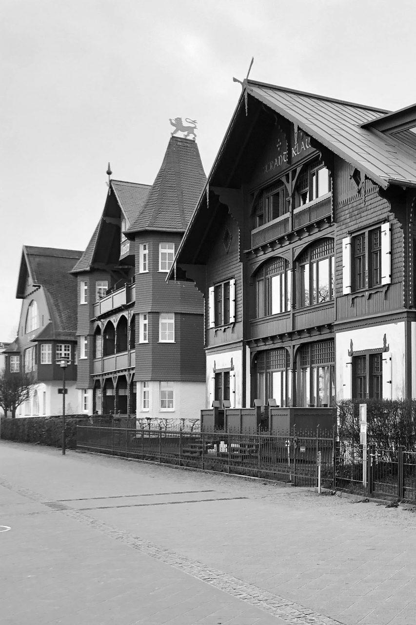 Bansin. An der östlichen Strandpromenade reihen sich gleich mehrere vorgefertigte Holzbauten. Von den sonnengeschützten und mit Wikingermotiven verzierten Veranden der Villa Strandklause (um 1900) fällt der Blick aufs Meer und auf den rückseitigen Schloonsee. Die Giebel der benachbarten Villa Vineta (um 1903), einem Holzbau in süddeutschem Landhausstil, zieren Drachen. Der schlichte Seehof mit seinen abgerundeten Fenstern entstand zwischen 1904 und 1906.