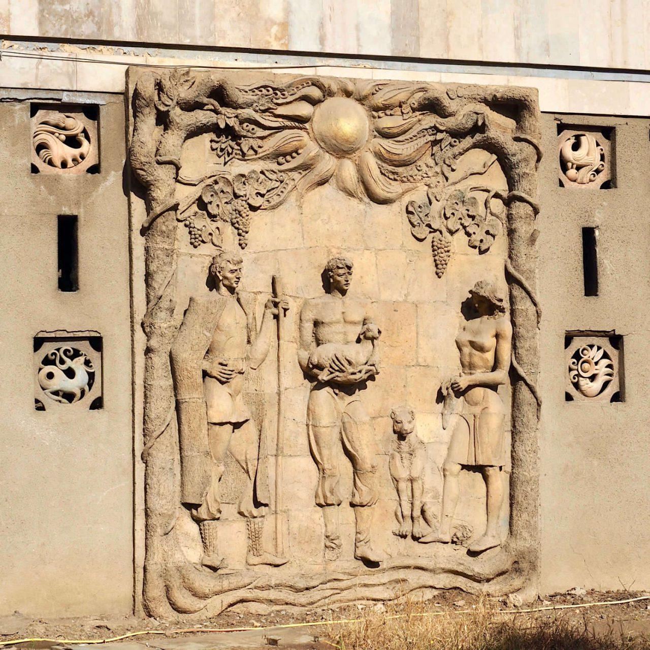 Kunst am Bau. Die unter den Sowjets beliebten Schmuckreliefs an öffentlichen Bauten zeigen am Energiezentrum heroische Arbeiter beim Strippenziehen, verklären aber auch das Leben auf dem Land. Für die Menschen der Sowjetunion war Georgien auch der Traum vom Leben im Süden.