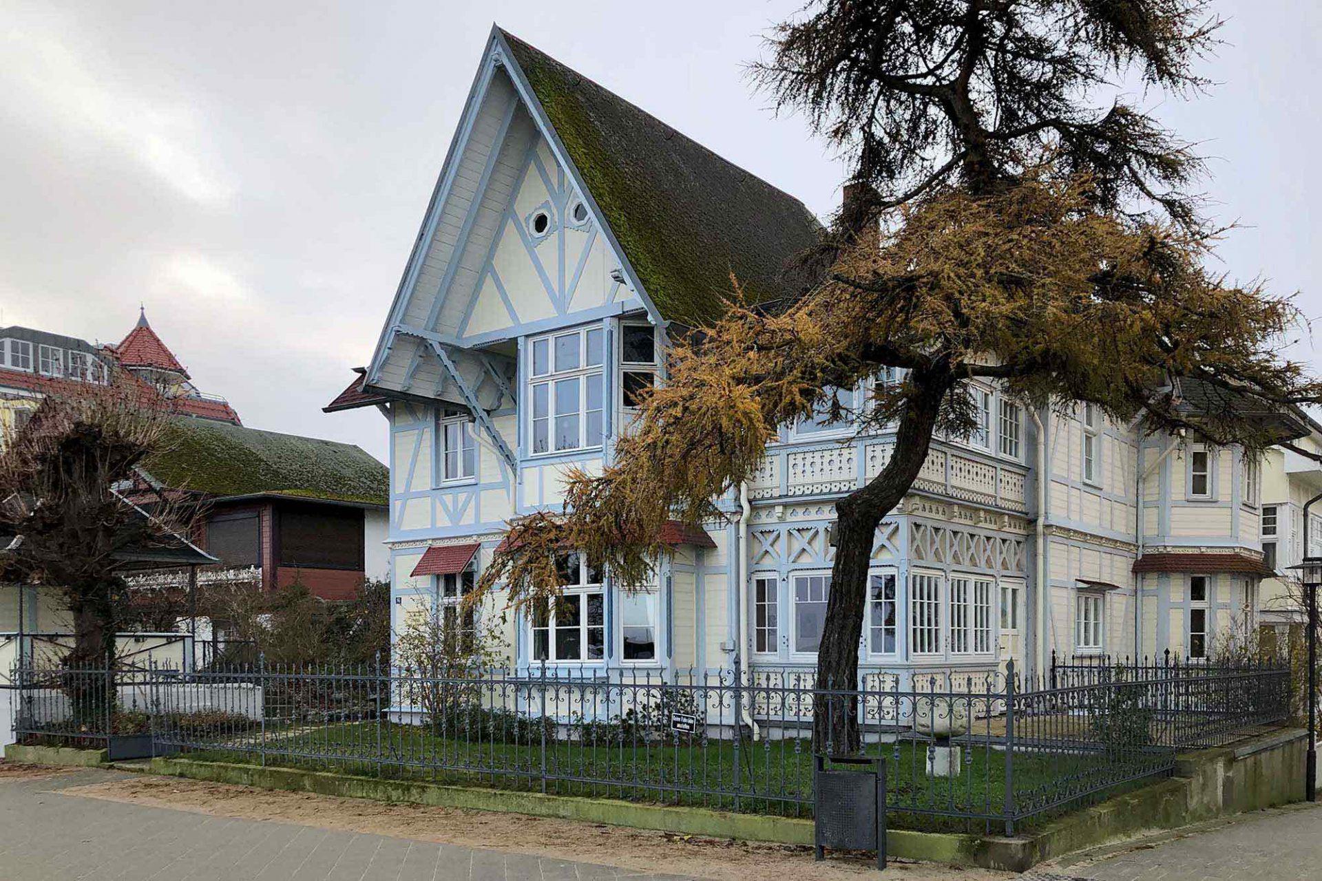 Bansin. Nur wenige Meter entfernt stehen das im schweizerischen Stil errichtete Café Asgard (1898), ein beliebter Künstlertreff der Zwanziger- und Dreißigerjahre, und die Villa Heimdall (1887), benannt nach dem Schutzgeist der nordischen Götter, mit einem Spitzdach in unverkennbar skandinavischem Stil.