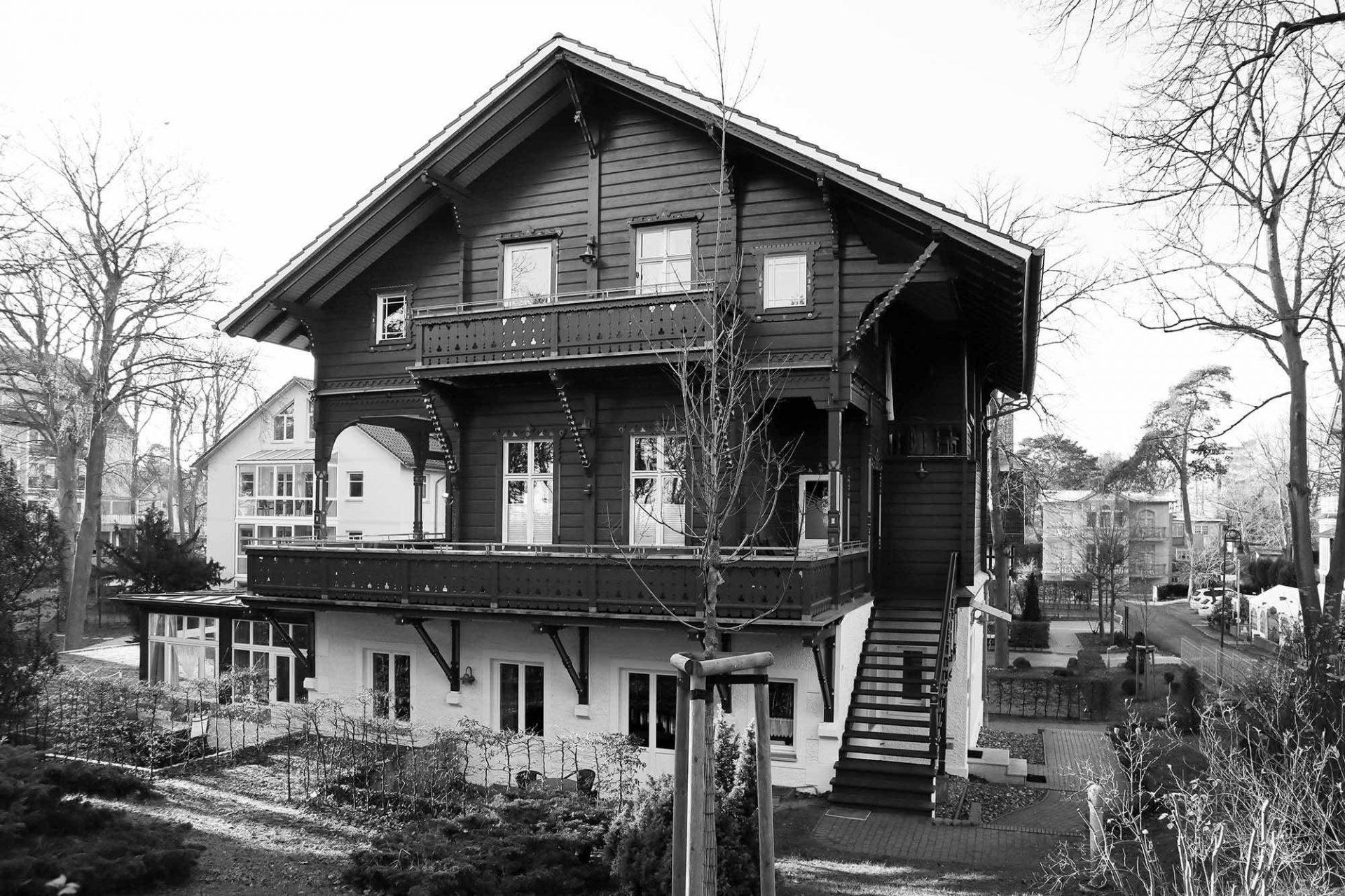 """Heringsdorf. Der frühere Entwurf eines Schweizerhauses zierte lange Zeit den Firmenkopf der Wolgaster Actien-Gesellschaft. Die Villa Müller (um 1895) an der Maxim-Gorki-Straße 55 kommt diesem """"Katalogvorschlag für moderne Holzbauten"""" sehr nahe."""