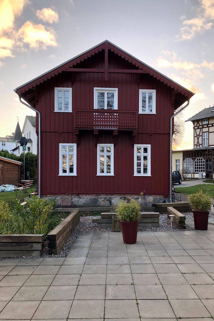 Heringsdorf. Dieser schlichte Holzbau steht auf dem Grundstück der denkmalgeschützten Strandvillen Heringsdorf, in denen man auch sehr gut übernachten kann.