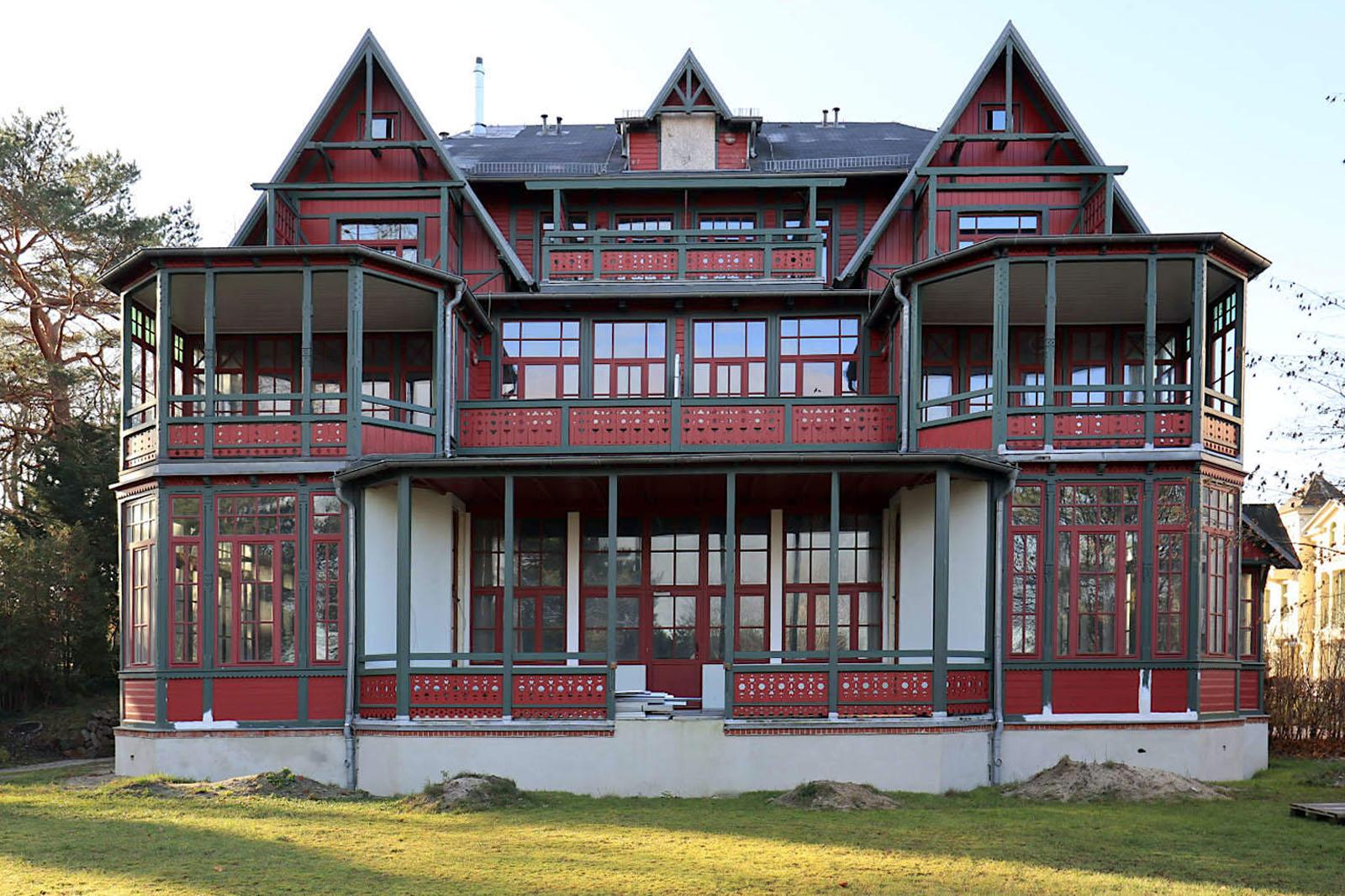 Heringsdorf. Die Villa Auguste Victoria an der südlichen Promenade (1893) entstand wie viele andere Bauten nach Entwürfen des Berliner Architekten Johannes Lange. Die aufwendig gestaltete Pension war ursprünglich mit Schindeln aus amerikanischem Hartholz gedeckt.