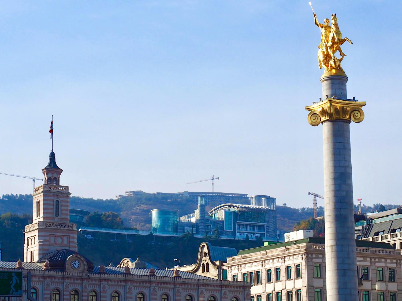 Beste Lage. Nur das alte Rathaus mit seinem Turm steht noch. Während der Präsidentschaft Saakashvilis wuchsen rings um den Freiheitsplatz Hotels und Geschäftshäuser in die Höhe und Breite, deren Fassaden teilweise den Bauschmuck der Vorgänger zitieren. Und der Heilige Georg kam 2006 auf seine Säule. Über dem Platz lagert die Residenz von Bidzina Ivanishvili, noch weiter oben auf den Sololaki-Hügeln dreht sich der Kran für ein Hotel mit Tbilisis größtem Kongresszentrum.