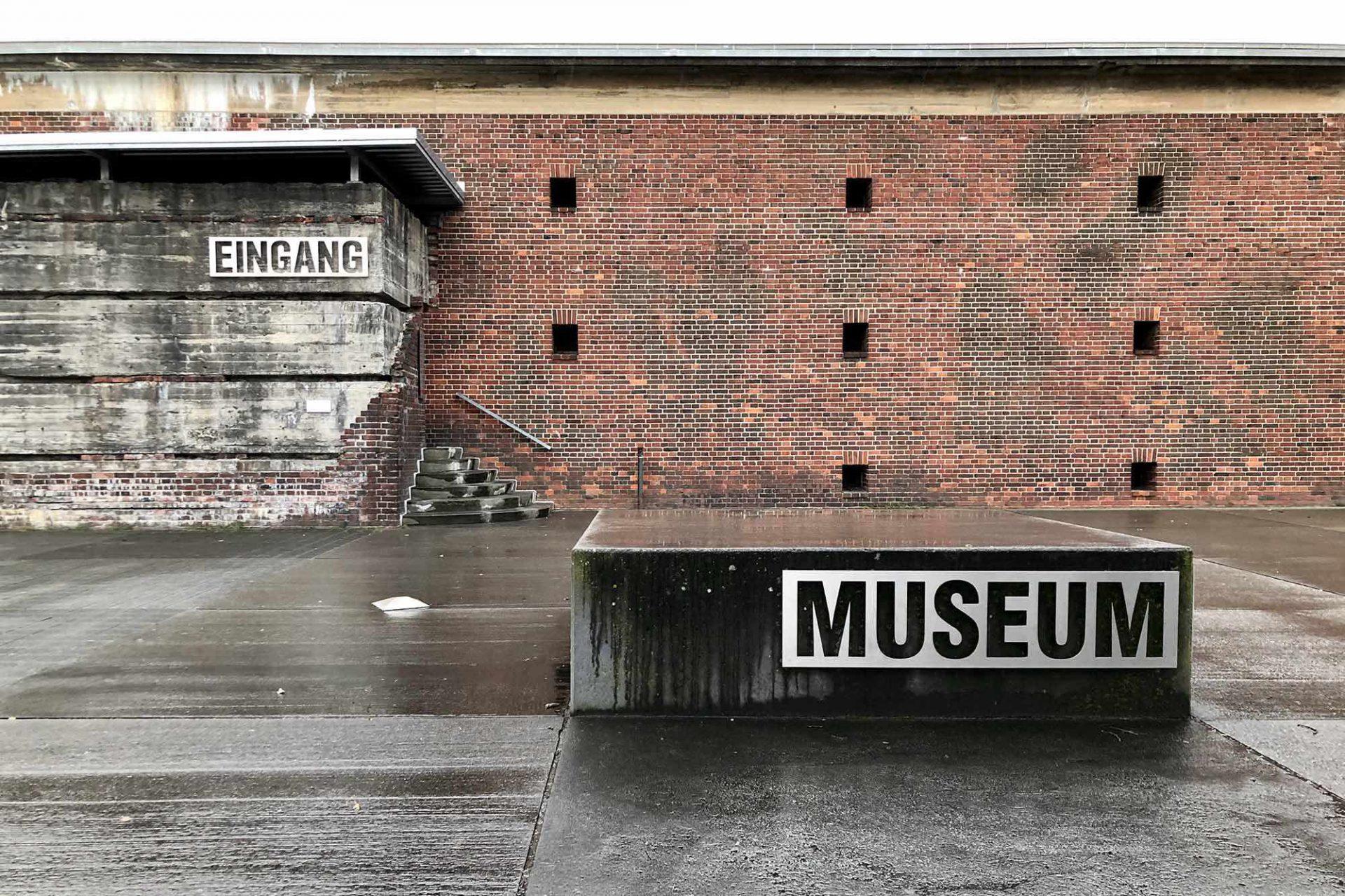 Historisch-Technisches Museum (HTM) Peenemünde. Die historische Stätte erlangte ihre Berühmtheit wegen ihrer Funktion während des Zweiten Weltkriegs als Kraftwerk, das die Herstellung und den Start der V1 und V2 Raketen ermöglichte.