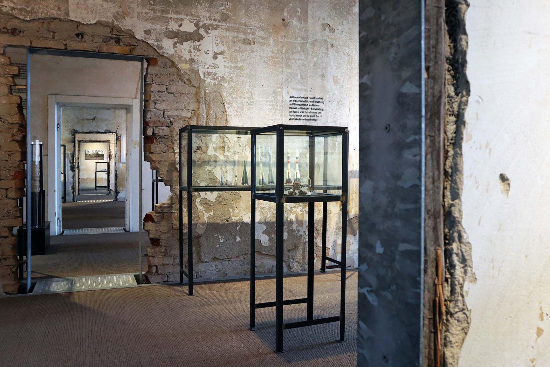 Historisch-Technisches Museum (HTM) Peenemünde. Die Restaurierung zeichnet sich durch den Verzicht auf leuchtende Farben und glänzende Oberflächen aus und den Erhalt der bestehenden Strukturen.