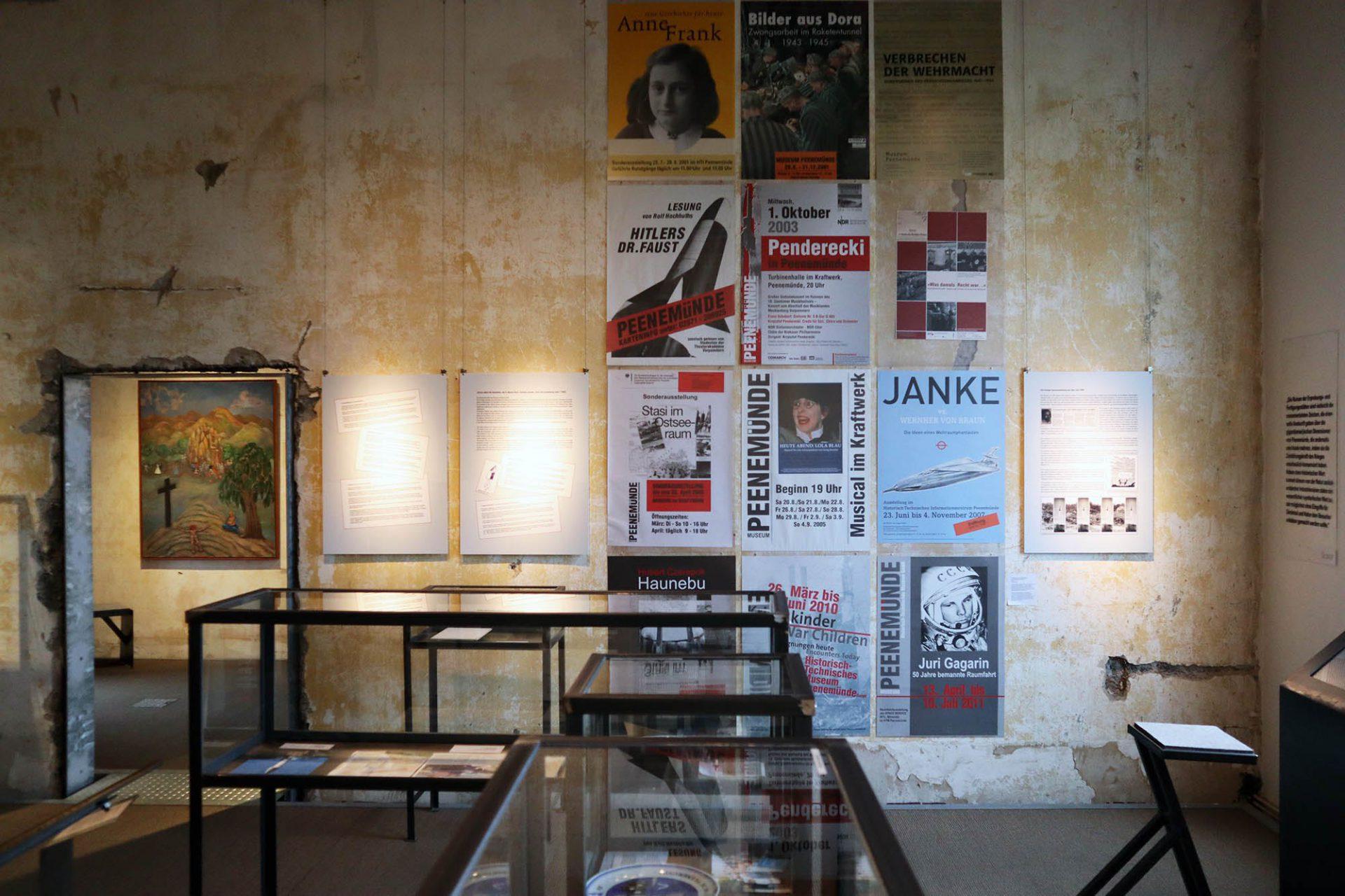 """Historisch-Technisches Museum (HTM) Peenemünde. Sonderausstellung """"Krieg oder Raumfahrt? Die Versuchsanstalten Peenemünde in der öffentlichen Erinnerung seit 1945"""". Von 7.2.2019–3.5.2020."""