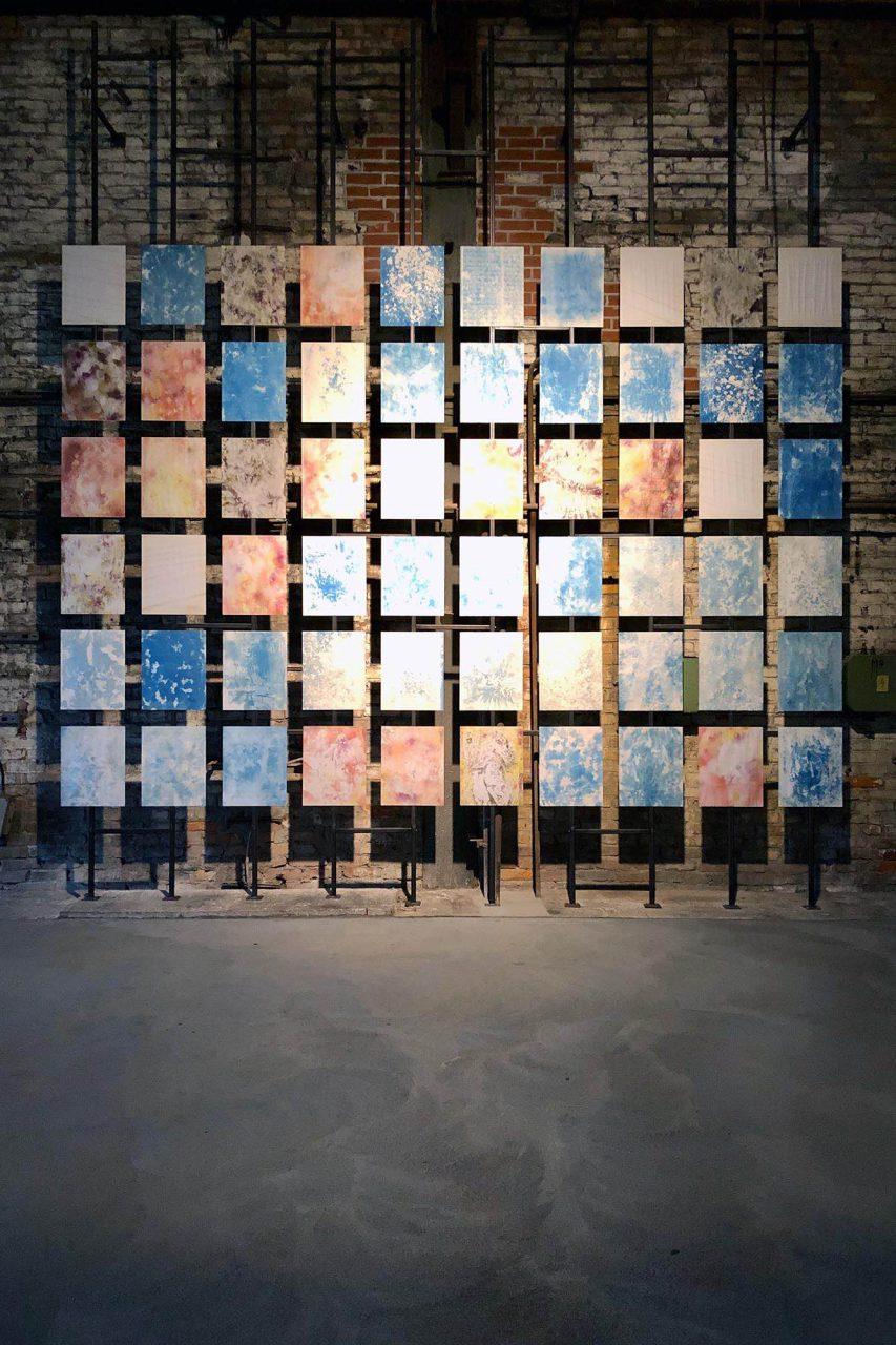 """HTM Peenemünde. In der Ausstellung """"Imprinting History"""" im Kesselhaus sind Werke des Malers Gregorio Iglesias Mayo (Spanien) und des Druckgrafikers Miguel A. Aragon (Mexiko/USA) zu sehen."""