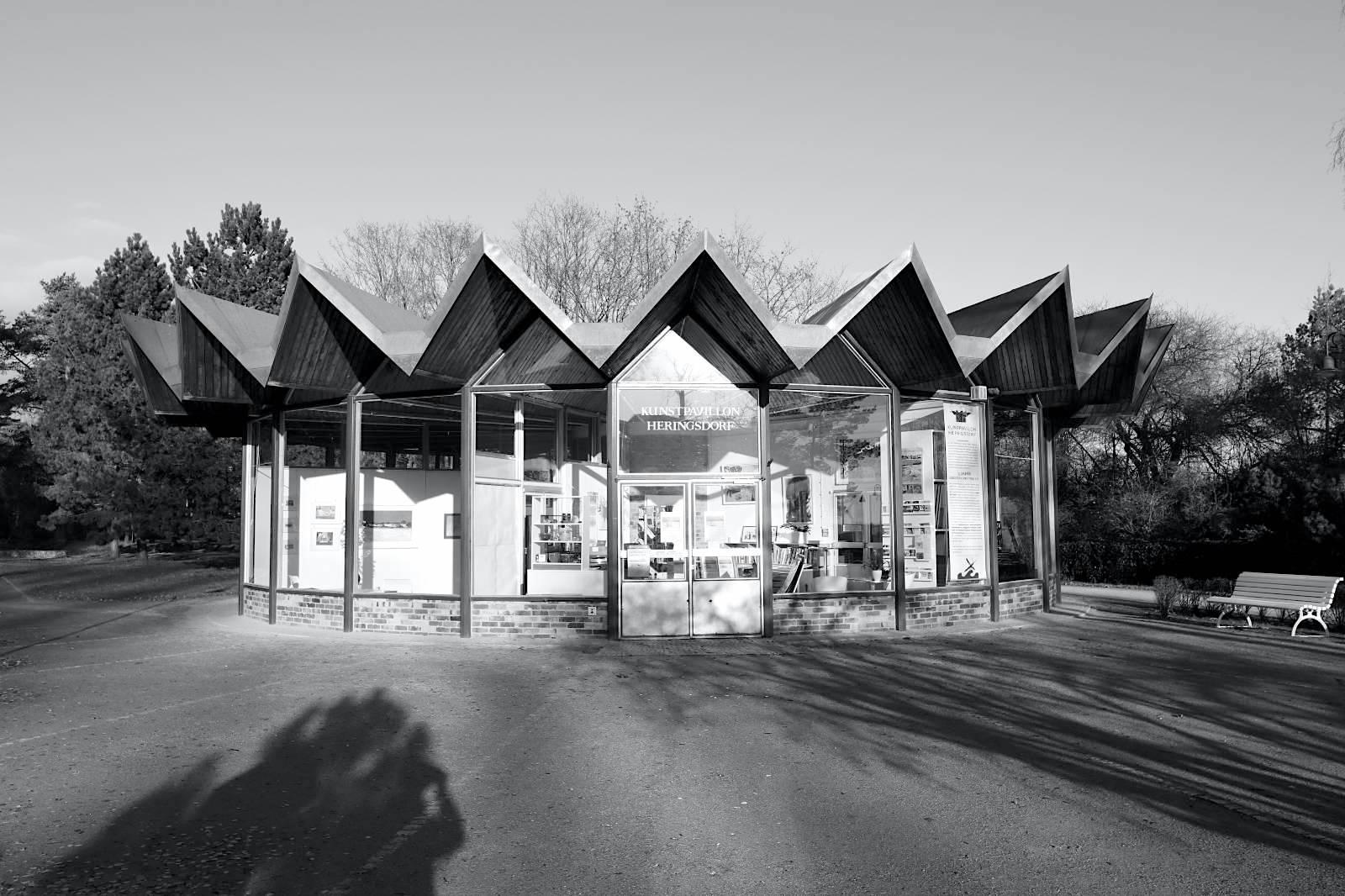 Kunstpavillon. Entwurf: Ulrich Müther, Fertiggestellung 1970. Der Umfang beträgt 52 Meter, die höchste Innenhöhe ist bei 4,60 Meter. Der Pavillon wurde 1971 mit einer Ausstellung des Malers Otto Niemeyer Holstein eingeweiht.