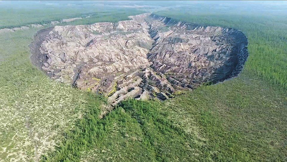Koolhaas. Countryside, A Report. Der Batagay-Megakrater in Nordjakutien ist 260 Fuß tief und 0,6 Meilen breit. Er wächst jeden Sommer, wenn der Permafrost in seinen Wänden auftaut und sich absenkt.