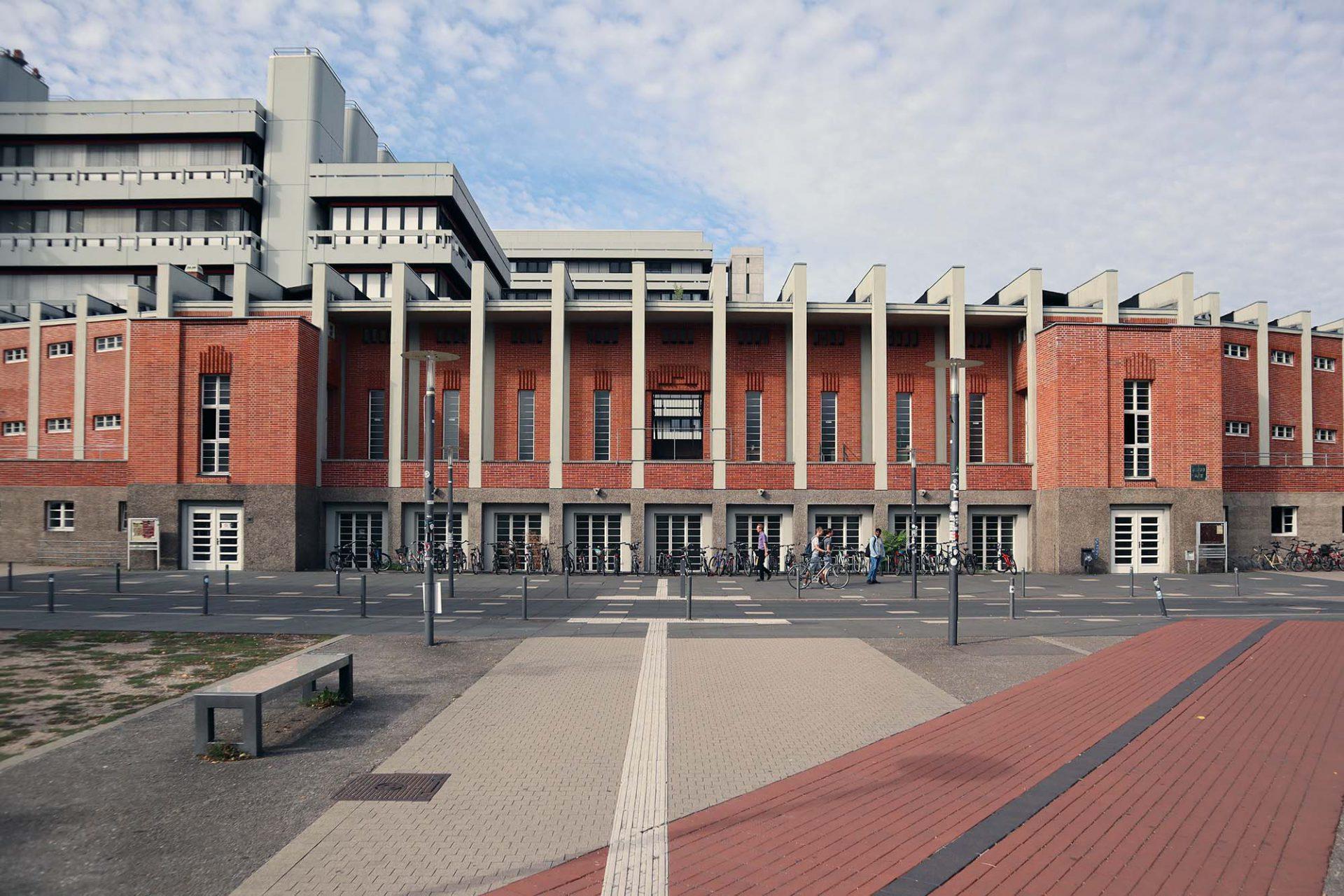 Hochschulstadion. Hermann Reinhard Alker, 1934. Der Tribünenbau war Teil eines Masterplans, der nicht vollständig ausgeführt wurde. Heute steht er inmitten von Universitätsbauten der Nachkriegsära. Alker studierte übrigens u. a. bei Josef Durm.