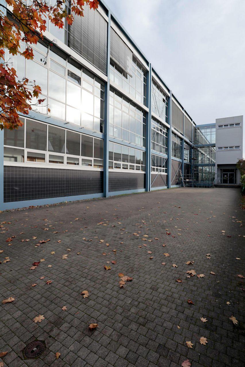Versuchskraftwerk der Technischen Hochschule Karlsruhe. Egon Eiermann, 1956. Die großflächig verglaste Halle ist eine Stahlkonstruktion und diente der Grundlagenforschung an Dampf- und Gasturbinen sowie ...