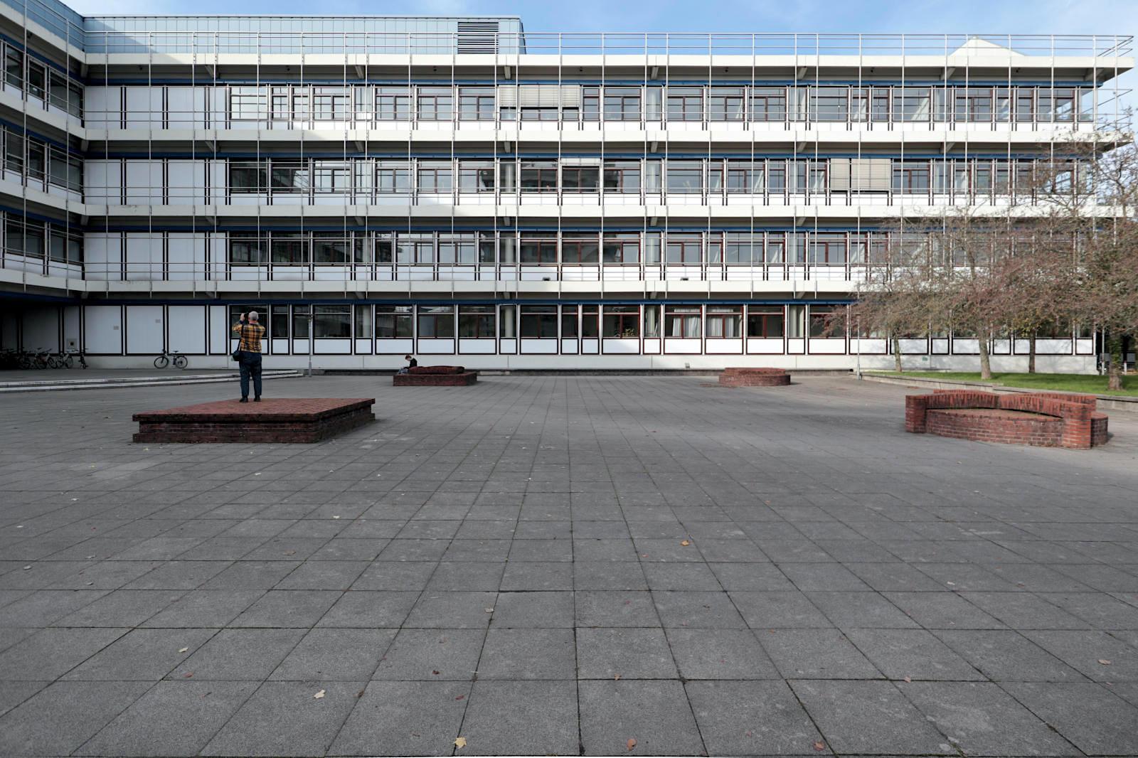 KIT Fachschaft Informatik. Umgeben von den Straßen Adenauerring, Am Fasanengarten und Parkstraße entstanden ab den 1960er-Jahren mehrere Komplexe im filigran-wuchtigen Betonstil jener Jahre.