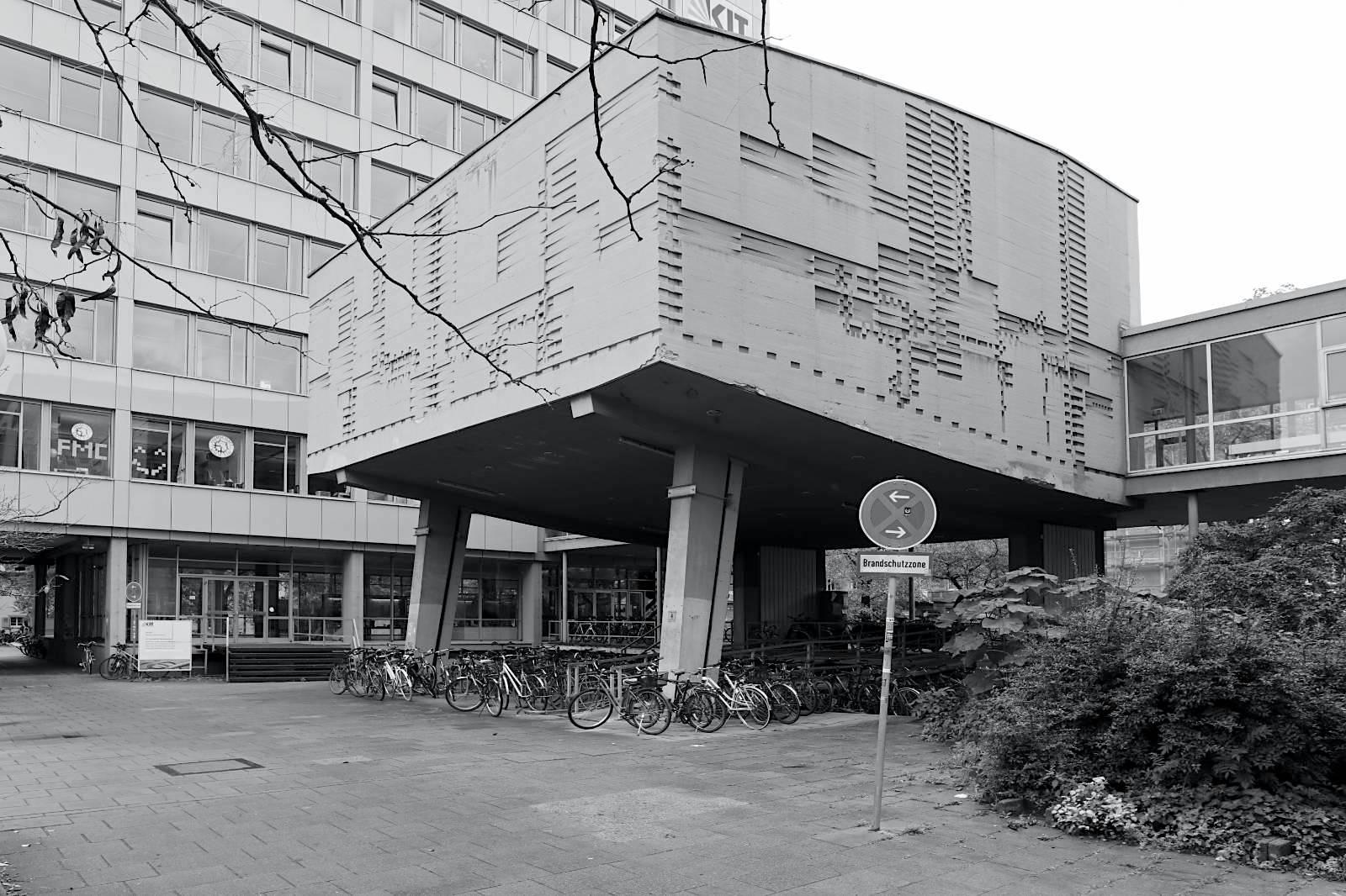 Nusselt-Hörsaal. Klaus Arnold, 1960. Arnold (1928–2009) war Bildhauer, Maler und Rektor der Staatlichen Akademie der Bildenden Künste Karlsruhe. Er schuf zahlreiche Arbeiten im öffentlichen Raum und Kunst-am-Bau-Projekte wie Farbverglasungen (an Kirchen), Brunnenanlagen sowie Gestaltungen von Foyer des Schwedenpalais (heute Führungsakademie Baden-Württemberg, 1978).