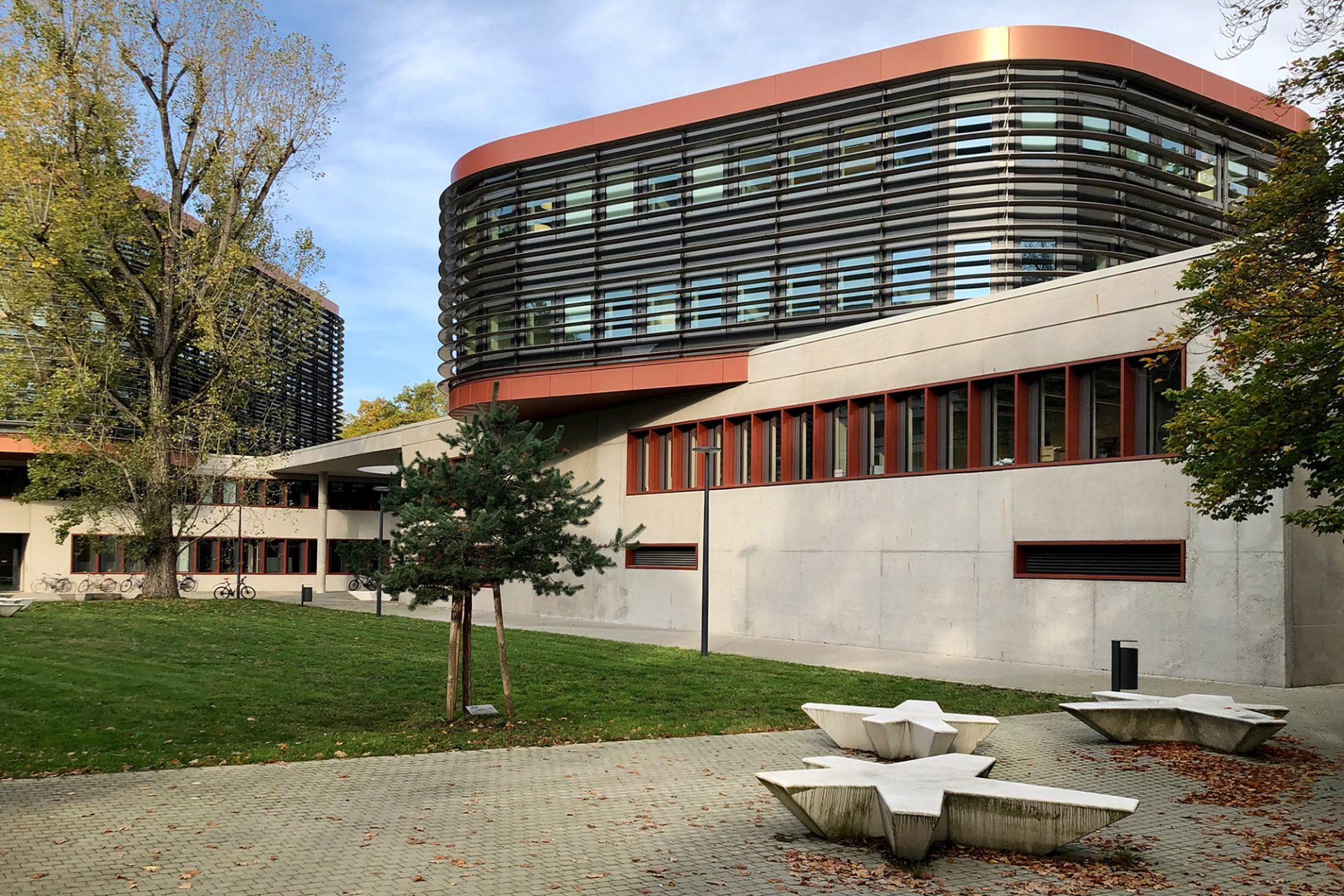 Laborgebäude MZE und Mikrotribologie Centrum. Valentyn Architekten, 2016. Die Kölner Architekten entwarfen auf dem Campus Süd in Nachbarschaft zum KIT-Audimax und den Chemietürmen zwei im 90-Grad-Winkel zueinander angeordnete Bauten –das eine mit zwei, das andere mit drei Obergeschossen, beide auf Betonsockeln, kantig und organisch-weich zugleich.