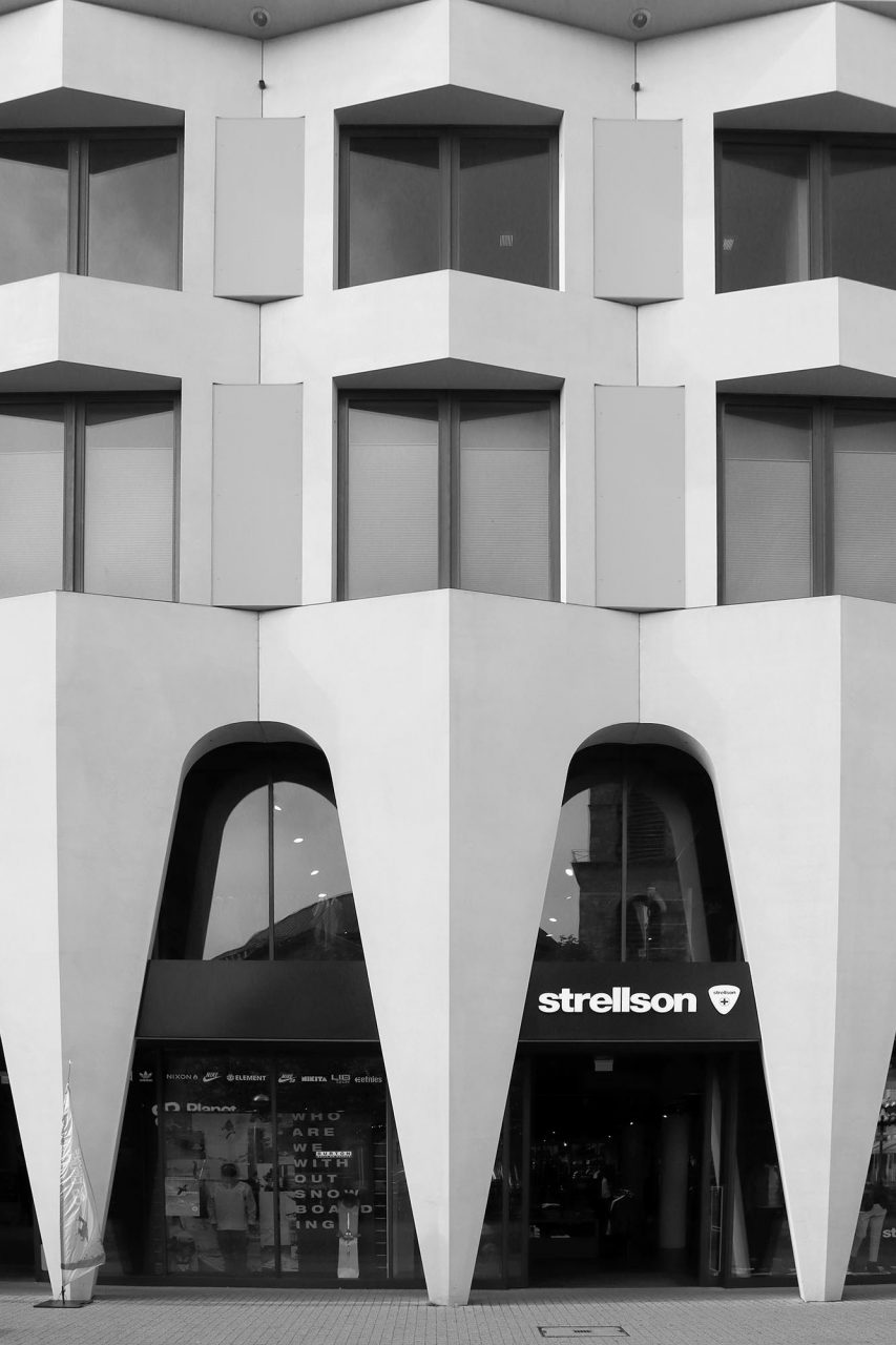 Wohn-, Büro- und Geschäftshaus. Lederer Ragnarsdóttir Oei, 2013. Die Fassade besteht aus Betonfertigteilen. Diese sind in einem hellen Sandton gefärbt und wirken nahezu fugenlos. Lederer war von 1997–2005 Direktor des Lehrstuhls für Gebäudelehre an der Universität Karlsruhe. Seit 2005 ist er Leiter des Instituts für Öffentliche Bauten und Entwerfen an der Universität Stuttgart.