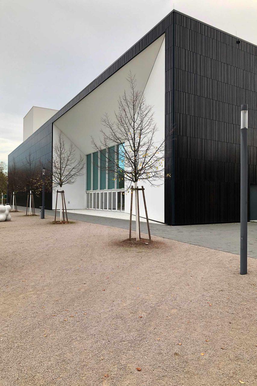 Multimediakomplex MUT. Fischer Rüdenauer Architekten, 2013. Der 80 m lange Neubau vereint alle Einrichtungen der Hochschule für Musik. Die ungewöhnliche Fassade besteht aus polygonal geformten Keramikhohlelementen.