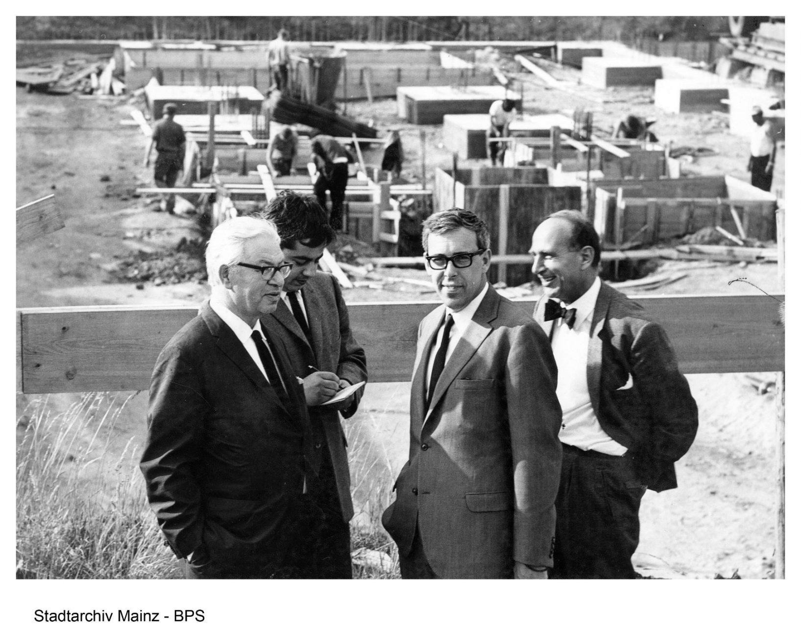 Arne Jacobsen und Otto Weitling (beide mit Brillen). An der Baustelle des Rathaus Mainz