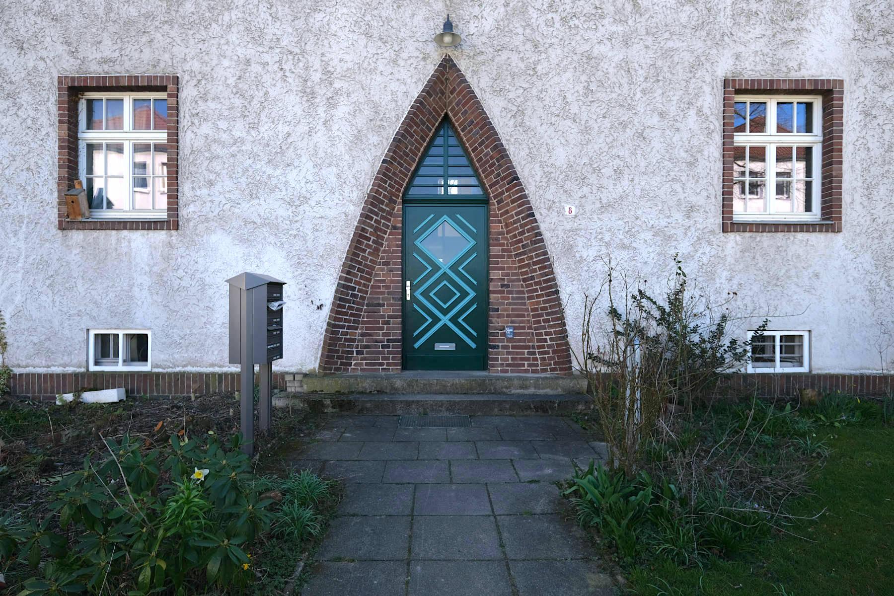 Siedlung Im Siekerfelde. ... Spitzbögen und markant eingefasste Fenster.