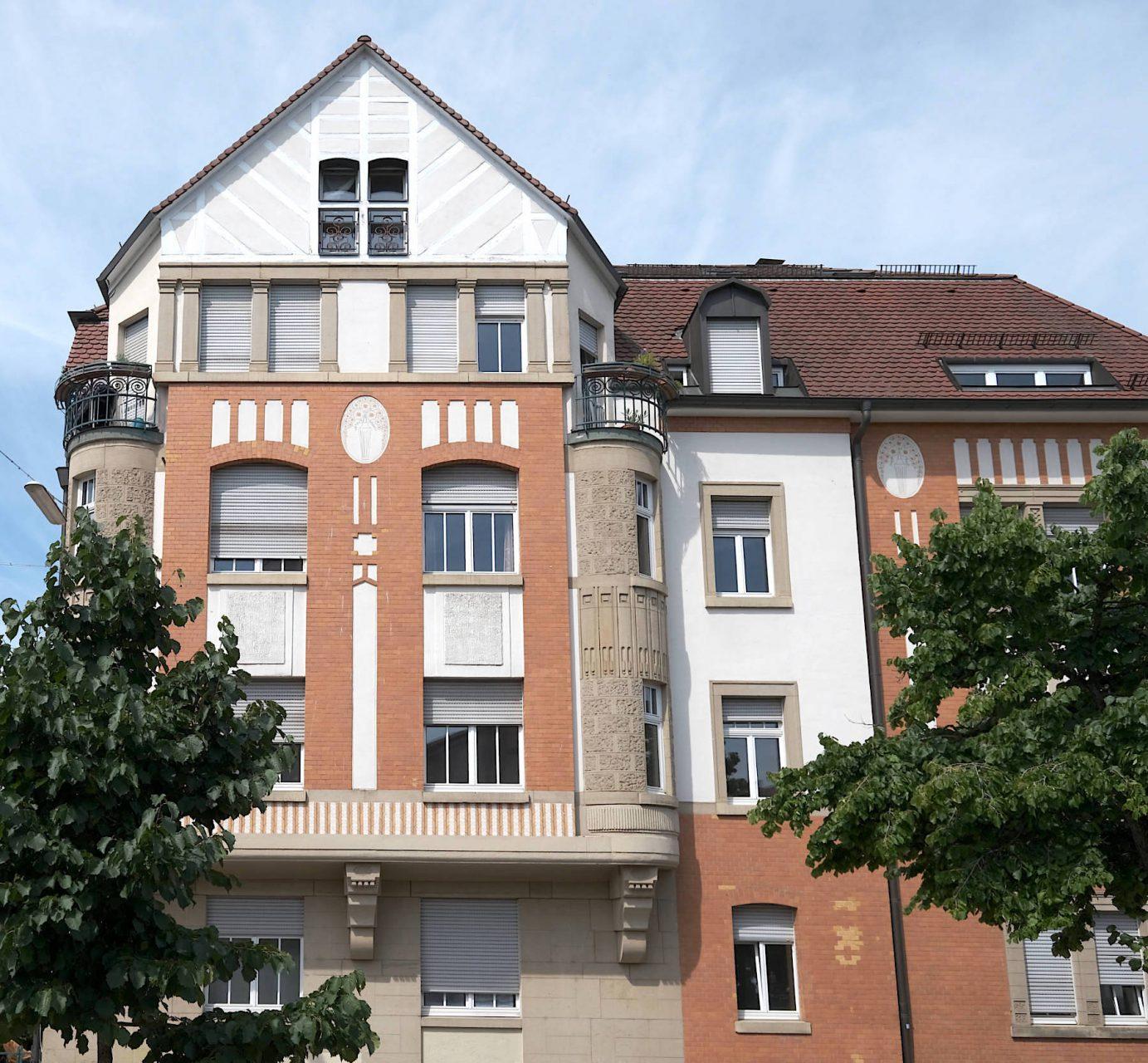 Karlsruher Jugendstil. Naturstein in Kombination mit kontrastierenden Putzflächen in orangefarbenem Rot prägen häufig die Fassaden, wie dieses Wohnhaus in der Yorckstraße 49 von Herman Bastel (1911).