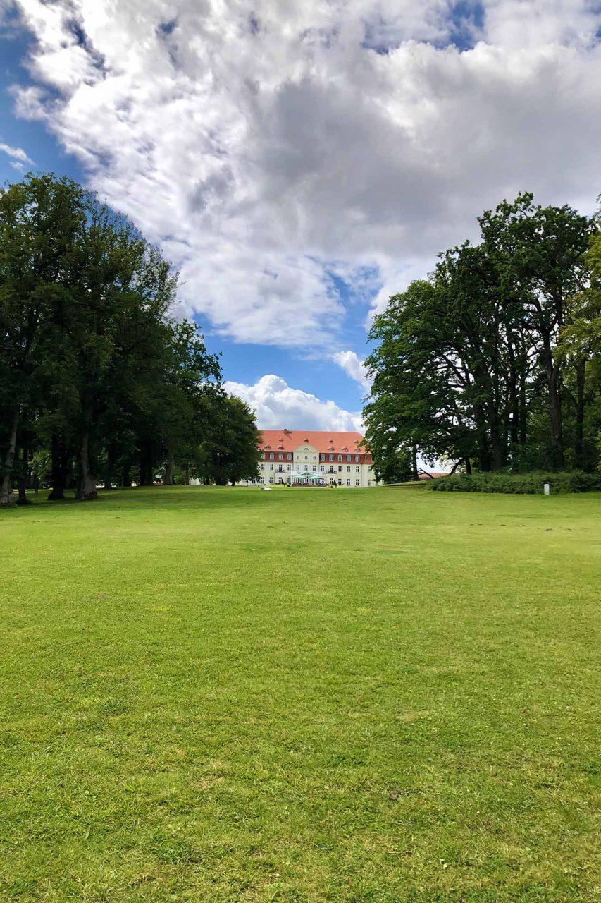 Ein weitläufiger Landschaftspark. umgibt den ehemaligen Gutshof Lebbin.