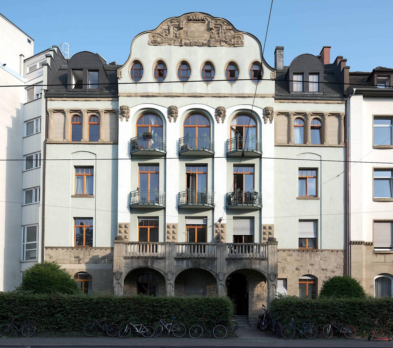 Karlsruher Jugendstil. Kunstvoll gestaltete Brüstungen aus Schmiedeeisen, die der Botanik nachempfunden sind, zieren viele Gebäude der Oststadt.