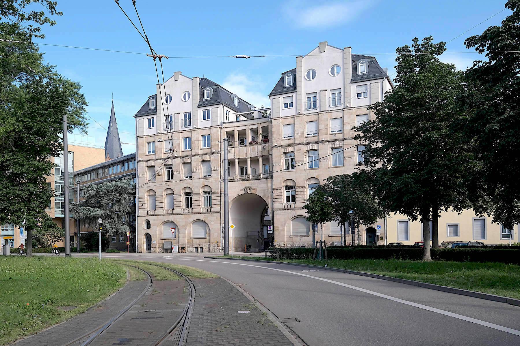 Torhaus an der Stephanienstraße. Hermann Billings Auftakt-Bebauung ist wie die dahinterliegende Villenkolonie auffällig durchkomponiert.