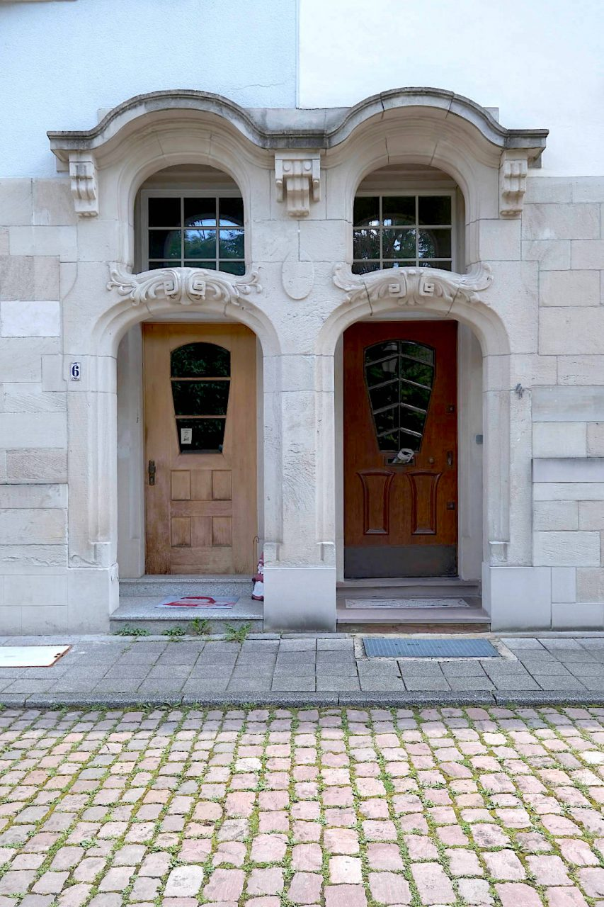 Villenkolonie in der Baischstraße. Ein besonders schönes Beispiel eines von Billing gestalteten Eingangsbereichs.