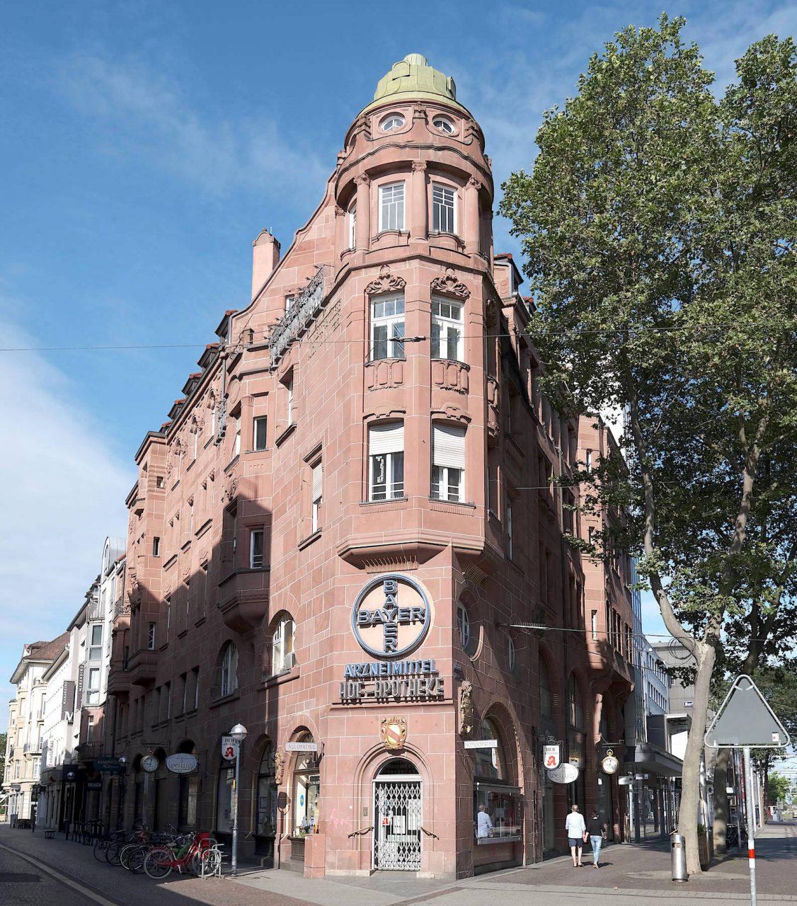 Hofapotheke. Das Gebäude in der Kaiserstraße entwarf Hermann Billing 1901 gemeinsam mit Josef Mallebrein in rosa Sandstein.