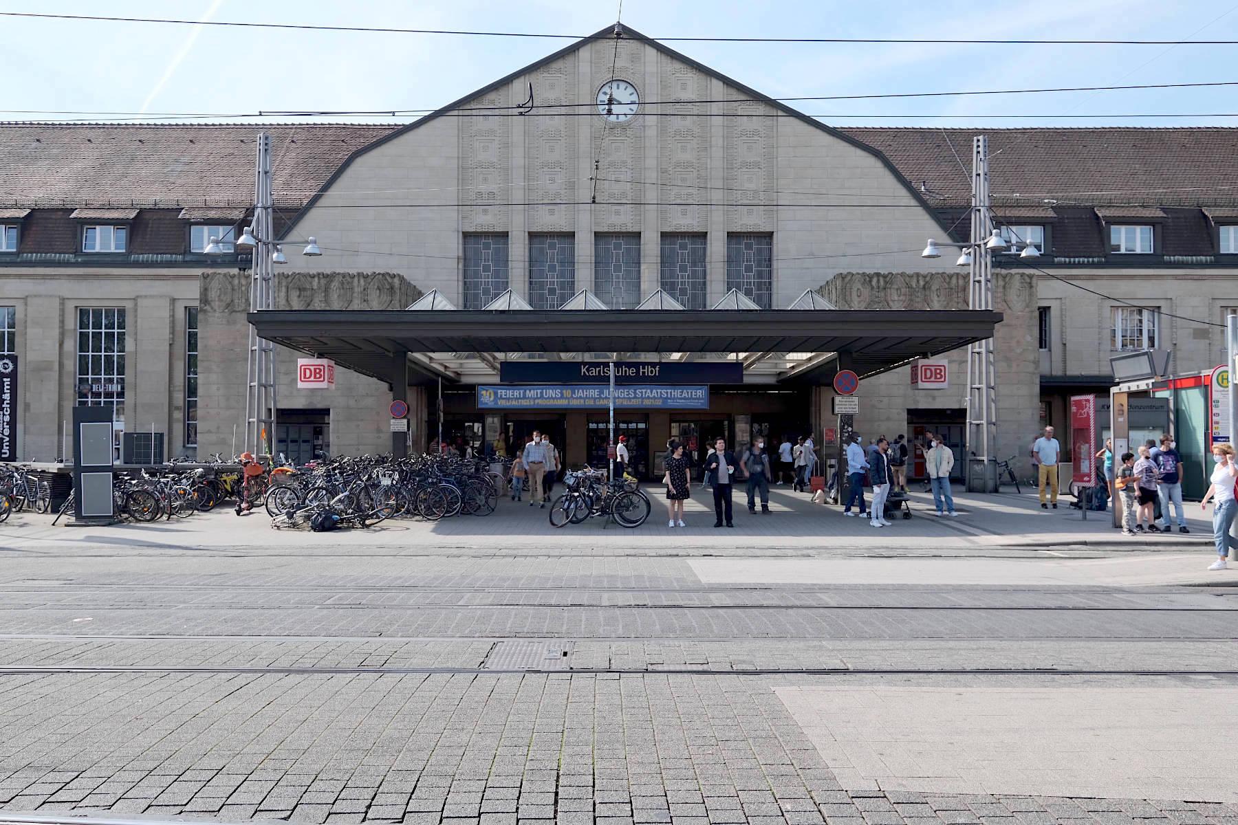 Hauptbahnhof. Das 1913 von August Stürzenacker entworfene Gebäude zählt zu den wenigen gut erhaltenen Jugendstilbahnhöfen Deutschlands.