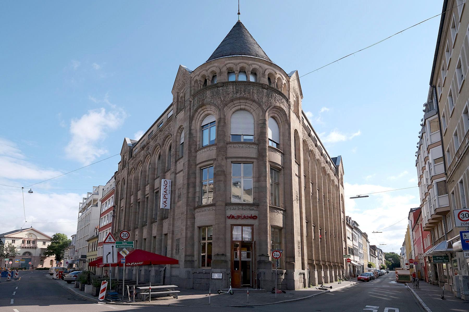 Bankhaus Homburger. Das Gebäude nach Entwürfen von Curjel und Moser gilt als eines der ersten reinen Jugendstil-Gebäude in Karlsruhe.