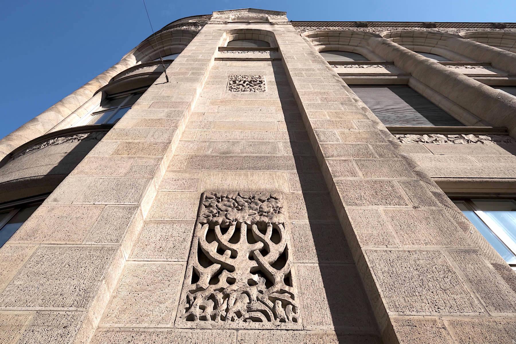 Bankhaus Homburger. Die insgesamt schlicht gehaltene Fassade ziert botanische Ornamentik.