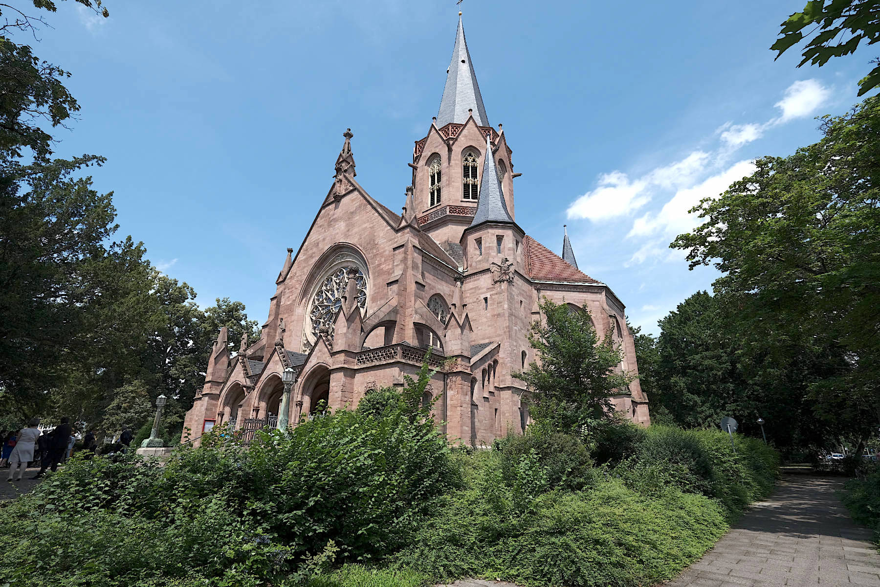 Christuskirche. Der Sakralbau von Curjel und Moser entstand 1900. Hier verbanden sie florale Motive mit geometrischen Formen und neogotischen Bauelementen.
