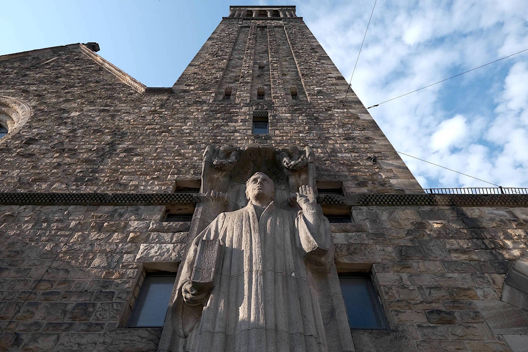 Lutherkirche. ... mit hoch aufragendem Turm.