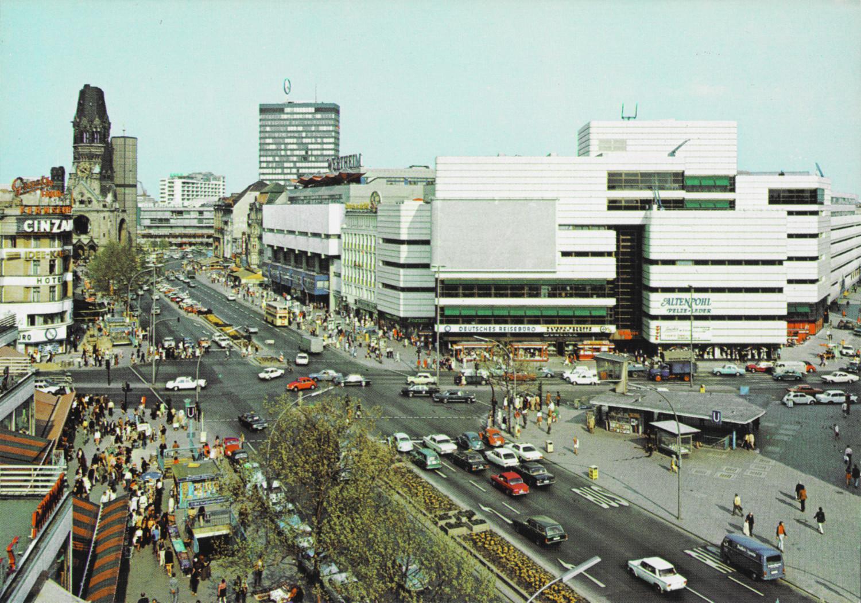 Der Kurfürstendamm. mit Verkehrskanzel, Ku'Damm Eck und der ebenfalls von Werner Düttmann entworfenen Wertheim-Fassade im Hintergrund