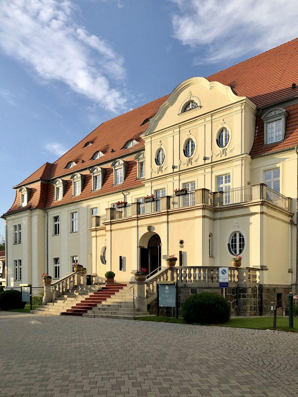 Schlosshotel Fleesensee. Entwurf:Olaf Lilloe und Ernst Paulus. Fertigstellung: 1912. Mehrere Umbauten seit den 1990er-Jahren, 2015 fertiggestellt.