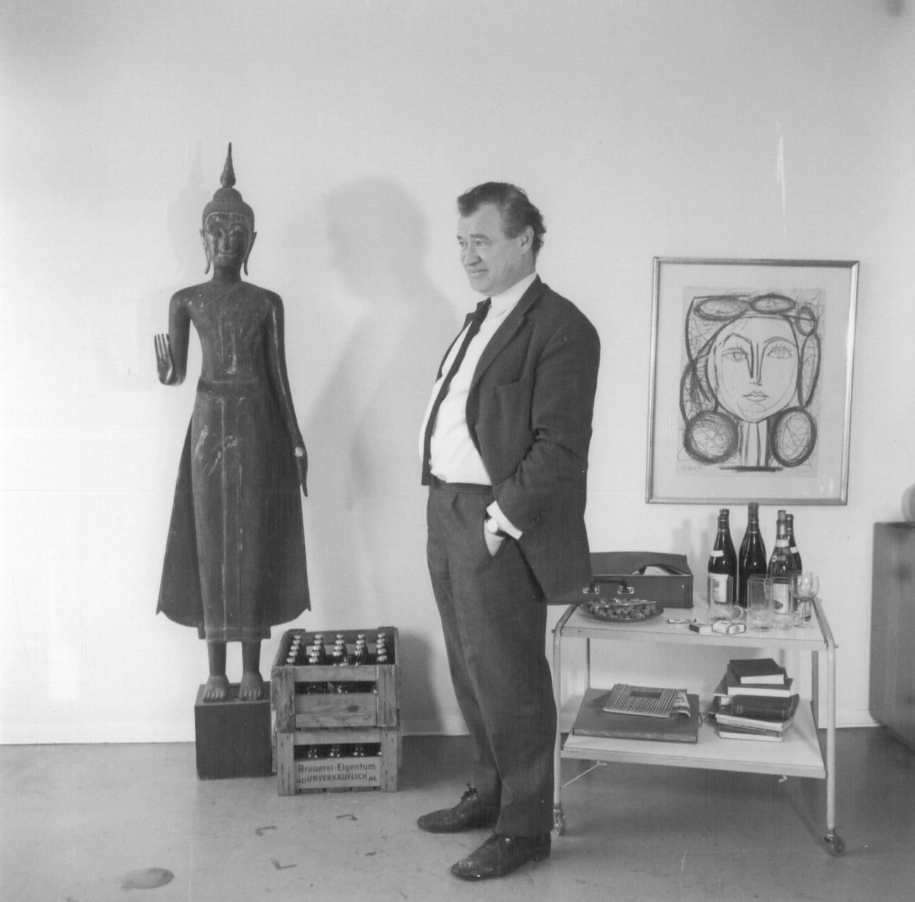Portrait des Architekten Werner Düttmann vor einem Fest, o.J. Foto: Ingeborg Lommatzsch