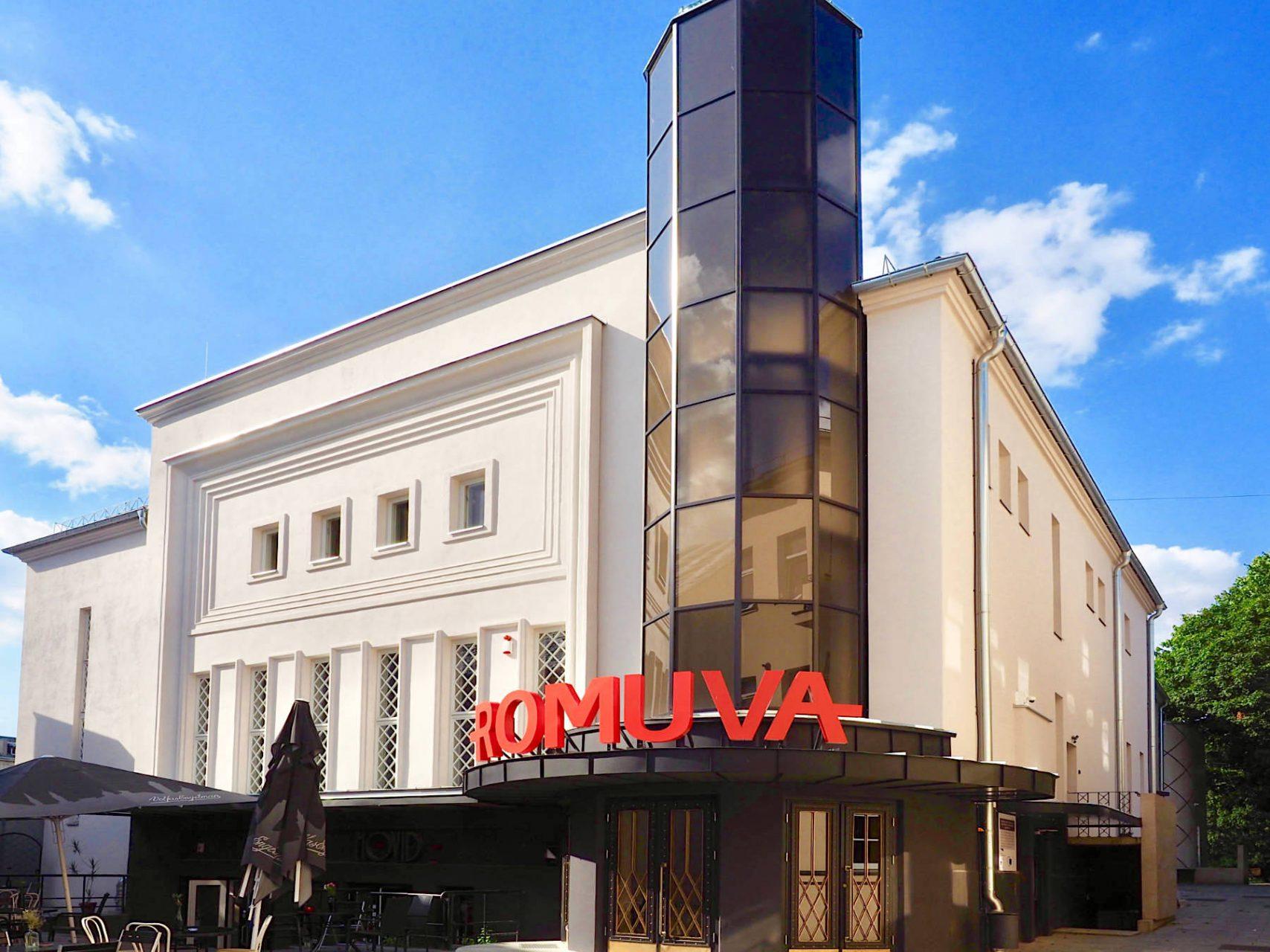 Kulturpalast.. Etwas zurück gesetzt von der Laisvės Aleja lädt das Romuva-Kino draußen wie drinnen zum Verweilen ein. Entworfen von Nikolajus Mačiulskis und 1940 eröffnet, bot es hinter seiner Art-Déco-Fassade die modernste Technik für fast siebenhundert Zuschauer. Aufwendig wieder hergerichtet ist es heute das zentrale Arthouse-Filmtheater in Kaunas.