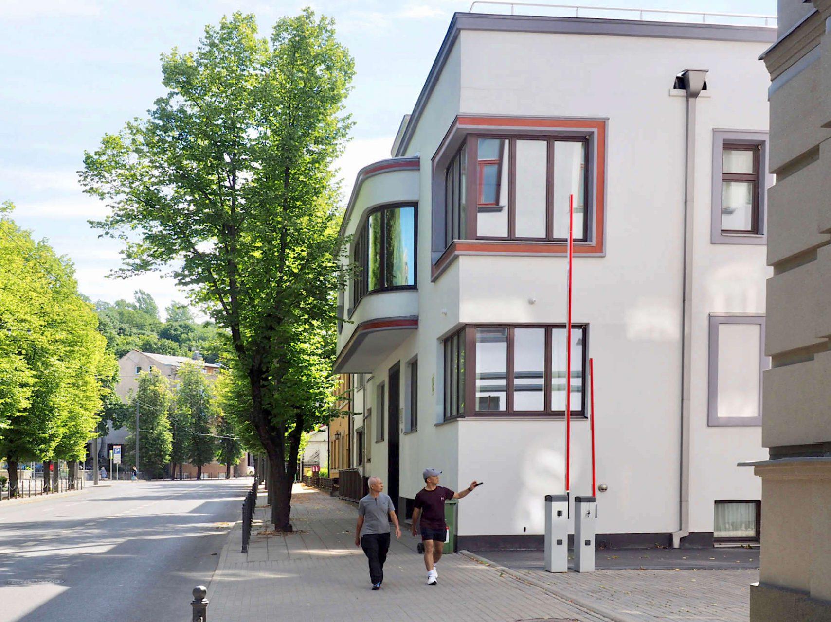 Stilsicherer Familiensitz.. Das Wohnhaus der Familie Iljinai schräg gegenüber, gebaut 1934, gilt als Meisterwerk von Arnas Funkas. Mit den Fenstern, über Eck, gewölbt und rund, ließ er viel Licht ins Innere und schuf eine prägnante, leichtgewichtige Struktur.